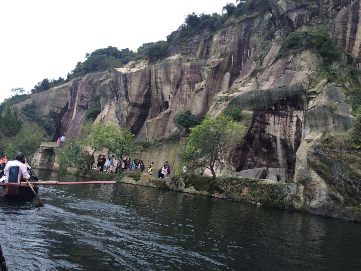 绍兴东湖,杭州西湖,嘉兴南湖为浙江三大湖,东湖虽然名气不如后两者