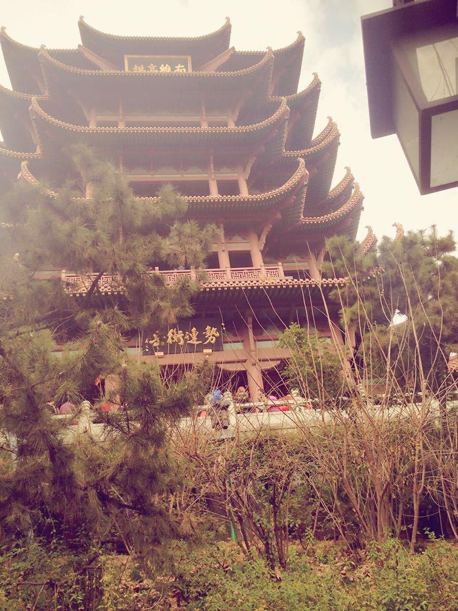 """黄鹤楼在中国的很多诗词中有被提及,被誉为""""天下江山第一楼,因其历史和绝佳的地理位置,来武汉旅游此处景点是必游景点之一。黄鹤楼位于武汉市长江南岸的武昌蛇山之上,毗邻武汉长江大桥,交通非常便利,多路公交都可以到达,与昙华林,户部巷、长江大桥和首义广场都相距不到两公里,建议旅行之前合理做好时间规划,下午游完黄鹤楼可以直接到长江大桥上观赏日落的美景。黄鹤楼景区的门票是80元,5A级的景区门票都比较贵,如果从去哪儿网上订票是75元/成人票,开放时间旺季是7:30-18:30,整个景区游览下来大概需要2-3"""