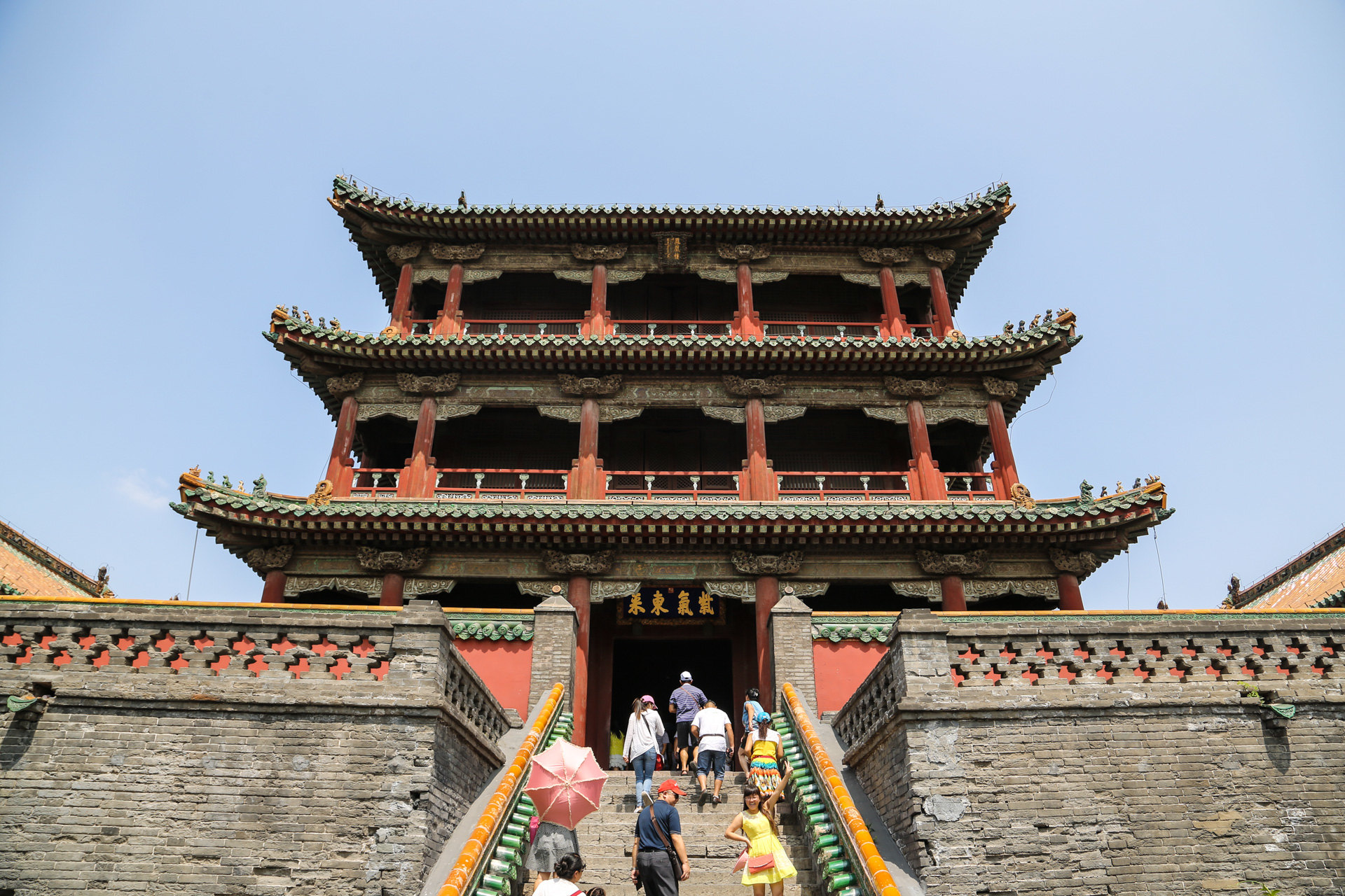 建筑特色:与北京故宫相比,沈阳故宫建筑风格具有独特的满,蒙,藏特色.
