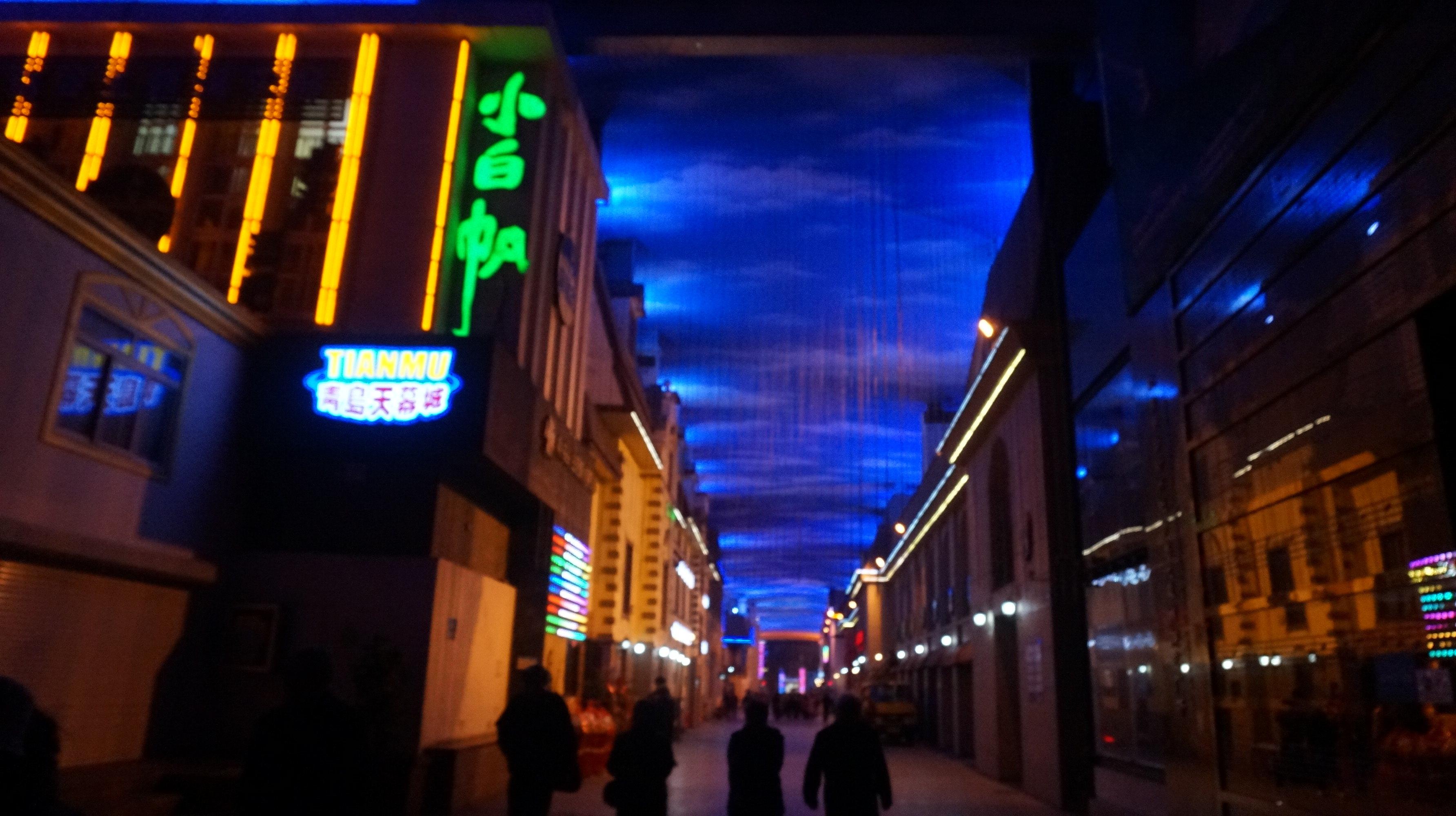天幕城毗邻登州路啤酒街,是一个特色室内步行商业街,这条总长度约460米的街道设有巨型天幕,不时地变换出各种色彩的天空效果。而走在这里还可看到各种微缩的青岛老建筑,漫步于此仿佛时光倒退回了另一个年代。天幕城最大特点就是天幕、水幕和天幕电影,是个适合来拍拍照的地方
