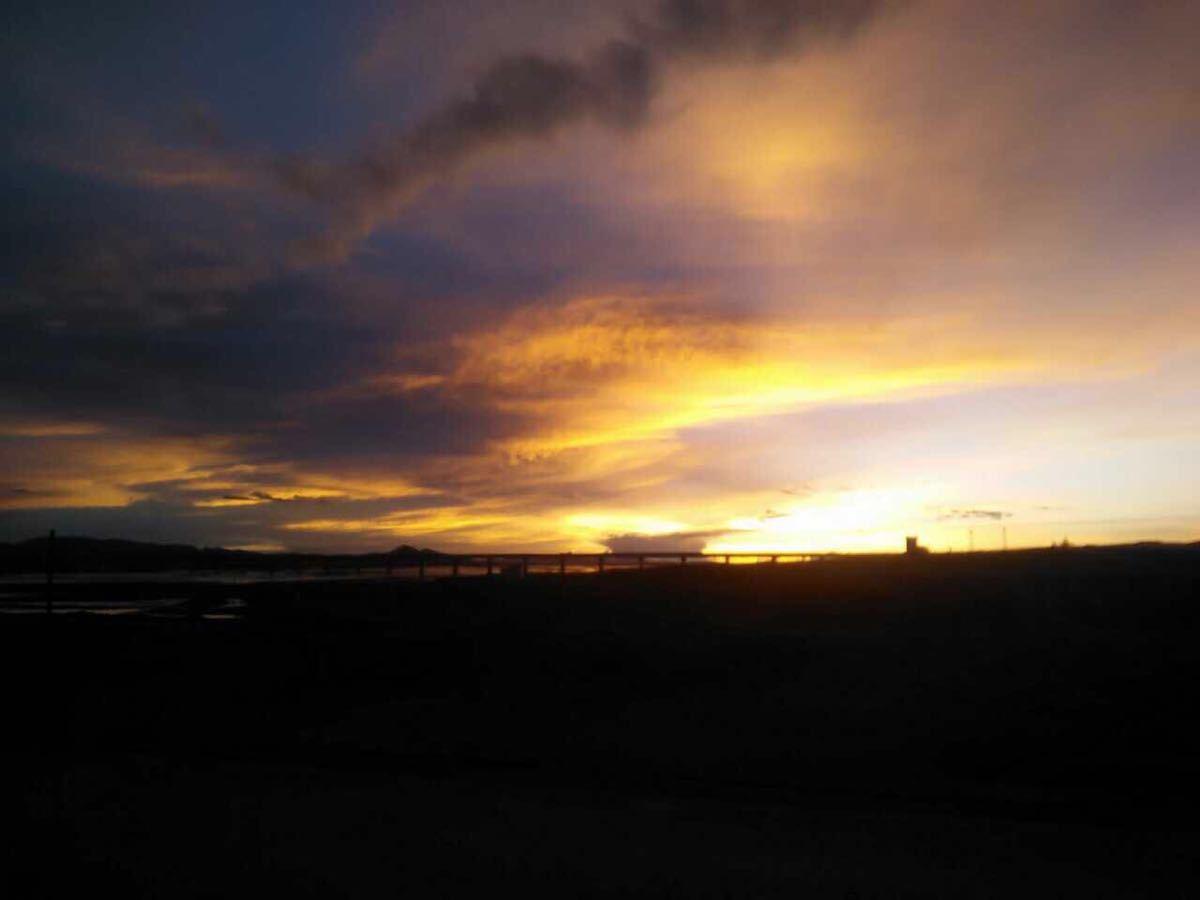 黑马河位于西宁以西约220公里处的青海湖边上,是青海湖环湖公路的起点,从这里沿环湖公路走70公里,便是著名的鸟岛,黑马河往鸟岛方向这一段,又被称为环湖西路,不少暴走族驴友或自行车迷,都选择从黑马河开始他们的环湖梦幻之旅。 黑马河到鸟岛这一段被誉为青海湖最美的路段,在不同的季节呈现不同的美景:5月,野花绽放,群鸟飞翔;8月,万亩油菜花在湖畔灿烂盛开;而在繁华过尽的10月,黑马河草原归于平静,青海湖也呈现出最朴素的美态。 此外,秋天是看日出的最佳季节,而位于湖西岸的黑马河正是观看青海湖日