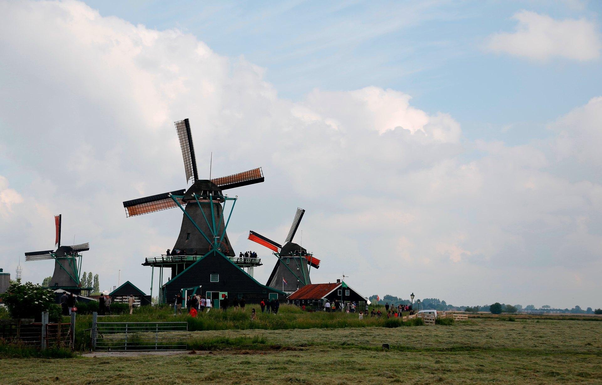 桑斯安斯風車村是有居民居住、開放式的保留區和博物館,位于阿姆斯特丹北方15公里。古老的建築生動描繪了17、18世紀的荷蘭生活。真實的房子,古老的造船廠,制作木鞋的表演,還有風車,每年吸引著成千上萬的游客。桑河(Zaan)區也許是世界上第一個工業區。250年前,在這片狹小的土地上,矗立著800多座風車。它們承擔著各種工業任務。目前仍然有5座風車還在以著傳統方式運作。在桑河上泛舟游覽,能夠從另一個角度欣賞這些美麗的風車。風車村內的博物館包括木鞋制造廠、白蠟制造廠、面包房、奶酪和乳制品作坊以及100多年的雜貨店