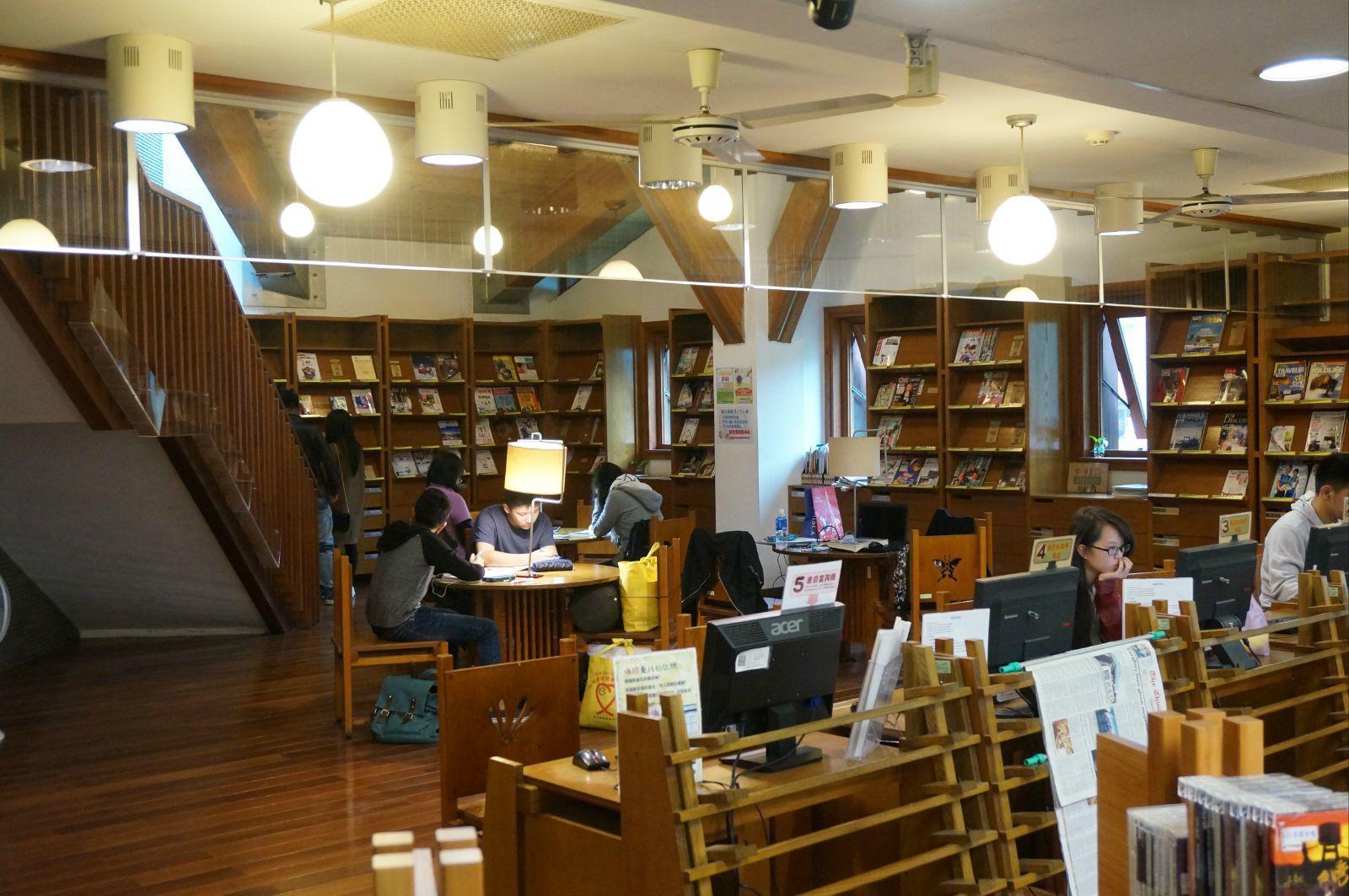 在图书馆里安静图片