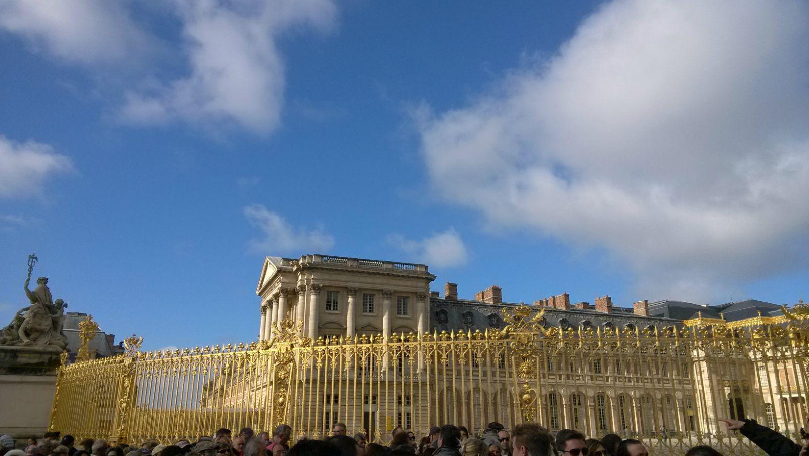 建筑外墙的浮雕,围栏的金色雕花,无一不体现出欧式古典主义的美感