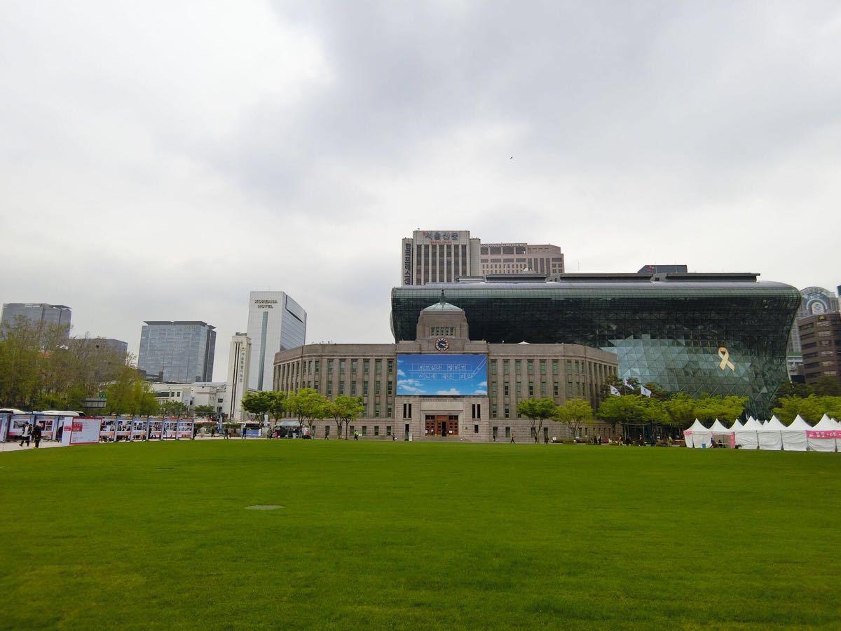 广场北侧就是首尔图书馆和首尔市厅大楼;西侧是德寿