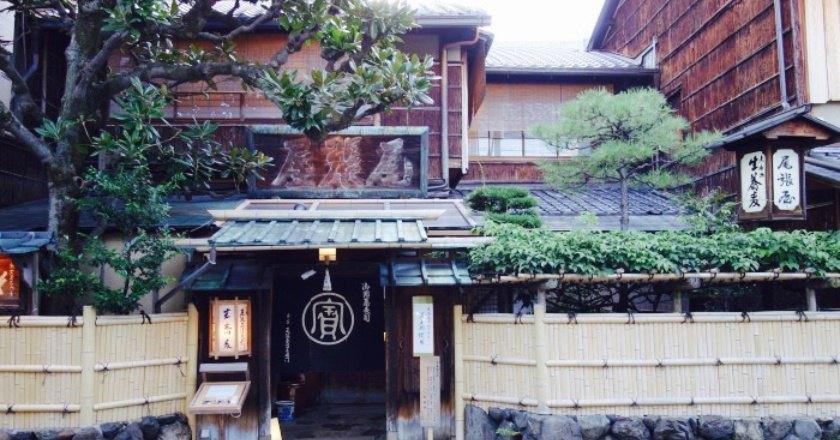 盡管京都的懷石譽滿天下,但來了京都,我是肯定要去吃尾張屋的。因為五岳散人曾在微博里說過,每到京都,必吃尾張屋,什麼米其林,都是浮雲。尾張屋,300年老店,祖傳蕎麥面。說到此處不僅感嘆,為什麼人家霓虹國一個賣面的都能耐得住寂寞,堅持傳承數百年,我中華泱泱大國卻總是丟這個棄那個的。在京都我還拜訪了另一家店,平野家,做芋頭風幹魚,一做就是200年。抹茶,原是中國的東西,卻被國人拋棄,被日本人撿起且發揚光大,成了無數抹茶控的終極夢想地。羊腸小道邊,一座極具歷史感的古樸小樓,古木牌匾、帆布門簾、書法字燈籠,一種大隱