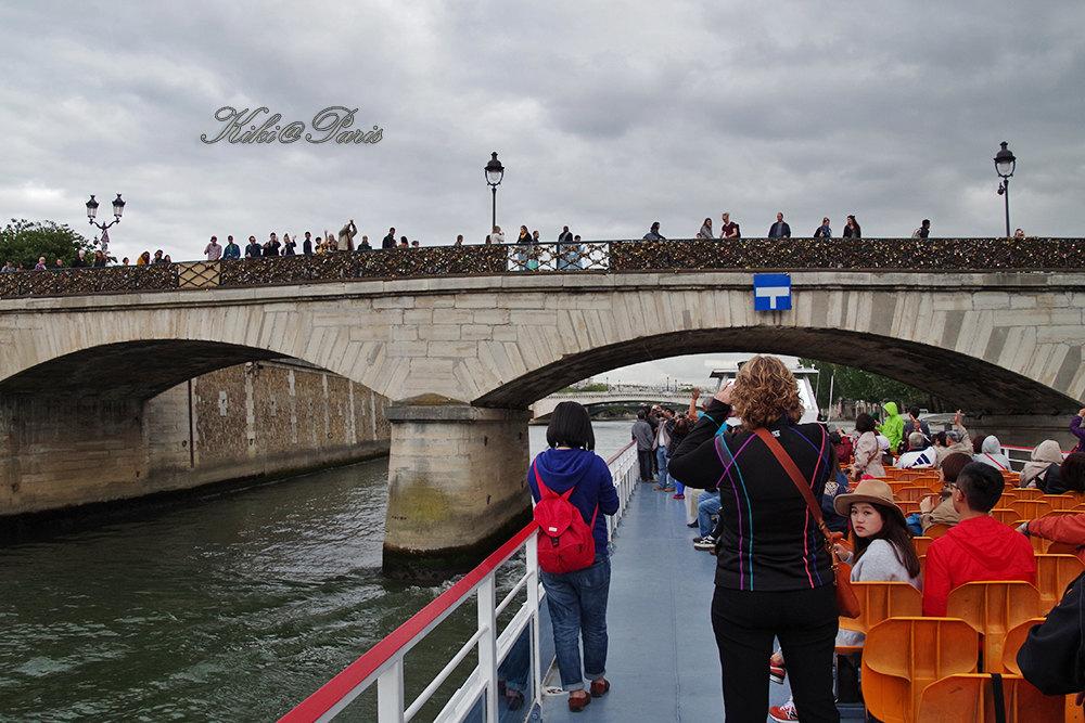 第一次去歐洲,把法國作為首選地,而且半個月都在巴黎,很多人都覺得我是在浪費時間。安靜的周日清晨,在找尋巴黎聖母院的途中,與巴黎的母親河塞納河首次邂逅。風景如畫實在是一個很爛俗的形容詞,但語言貧乏的我卻也找不到另一個詞了。河兩岸的各色建築自是不必多說,惹人注意的還有眾多各具特色的橋梁,連接起兩岸。左岸形形色色的書攤已經成為塞納河邊一條固定的風景線,充滿了深深的文藝氣息。我對大部分在售賣的貨品都不太懂,那時法語水平也比現在爛,所以只能買了三個小鏡子作紀念。臨回國前兩天又抽了一個晴朗的下午去河邊走了一圈,