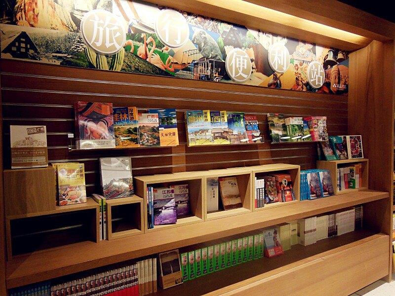 书店里开辟一块地方,用了展示当地的有代表性的手工技艺或是人文特色图片