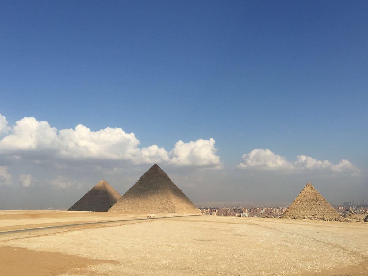 哈夫拉金字塔是胡夫的儿子哈夫拉所建,是世界上第二大金字塔。金字塔高143.5米,只比胡夫金字塔矮了3米,现在高136.5米,已经与胡夫金字塔一样高。最开始时,它是的边长是215.3米,现在只有210.5米,塔壁倾斜度为52°20,它比胡夫金字塔要更陡一些,而且它处在吉萨的最高处,因此哈拉夫金字塔看上去比胡夫金字塔要更高。