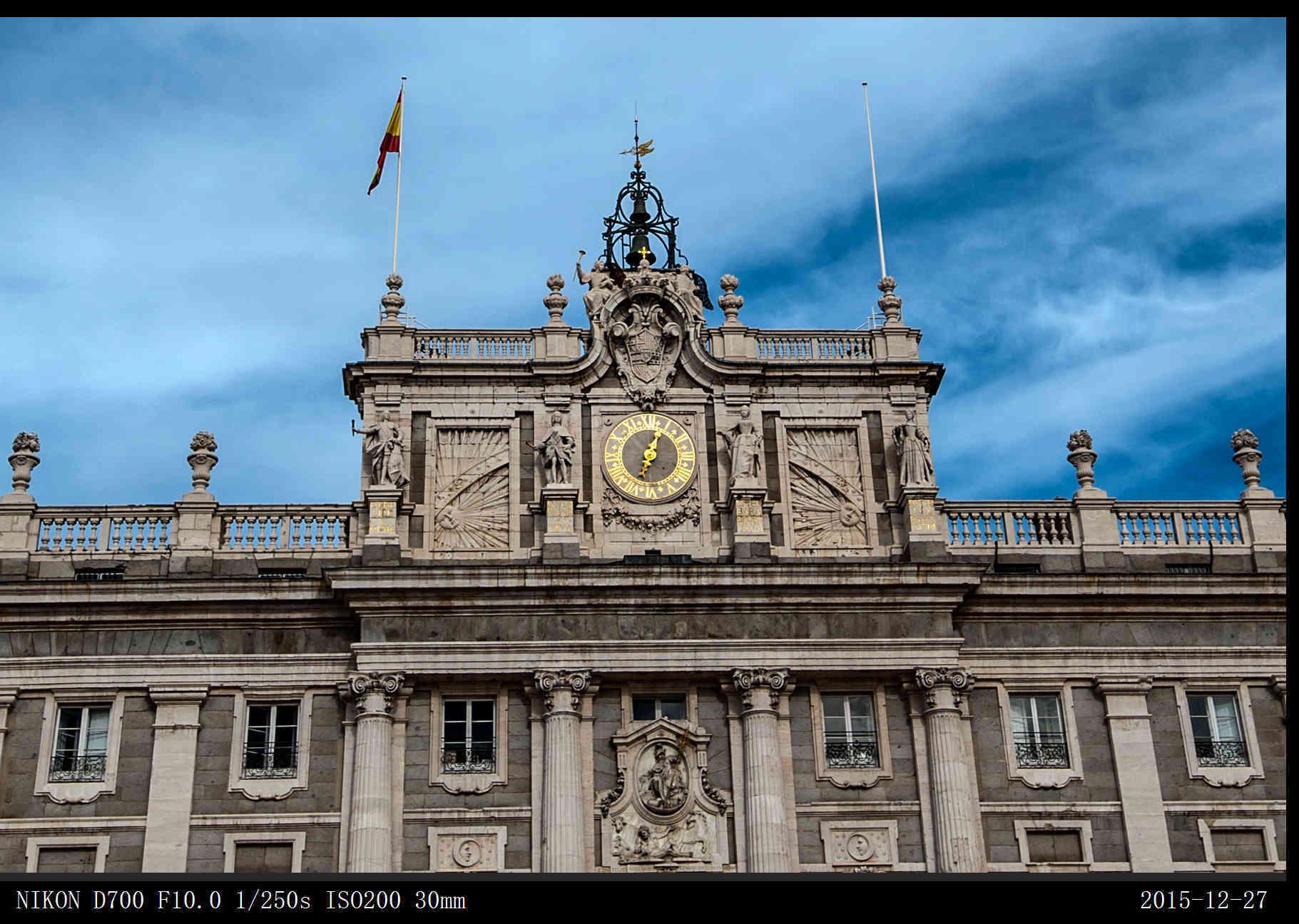 皇宫外观呈正方形结构,气势恢宏,宫内装饰富丽堂皇,尤其是它的顶部