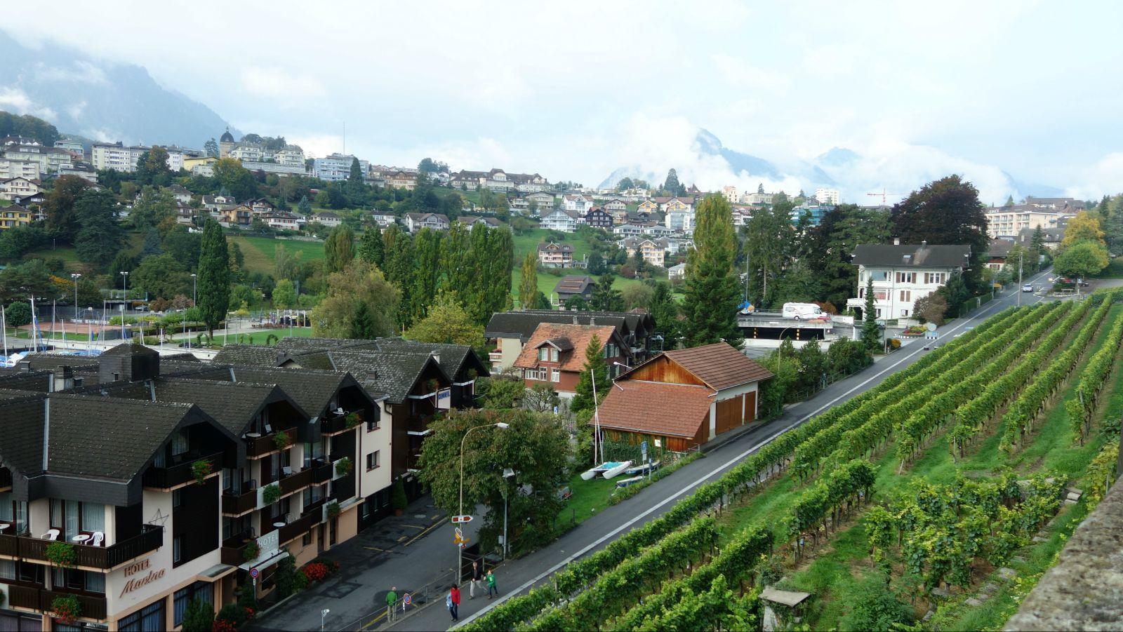 典型的欧洲田园小镇,没什么特别的,本来想打三星,但是施皮茨古堡很