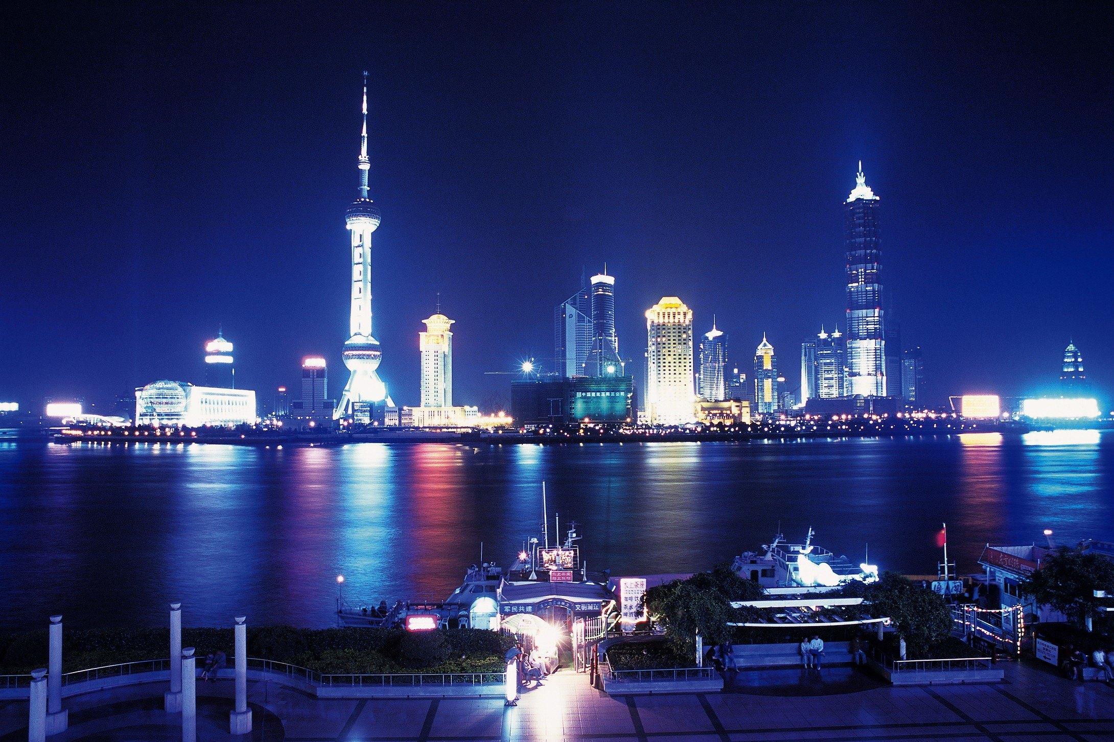 【携程攻略】上海外滩景点,外滩位于浦西,东临黄浦江
