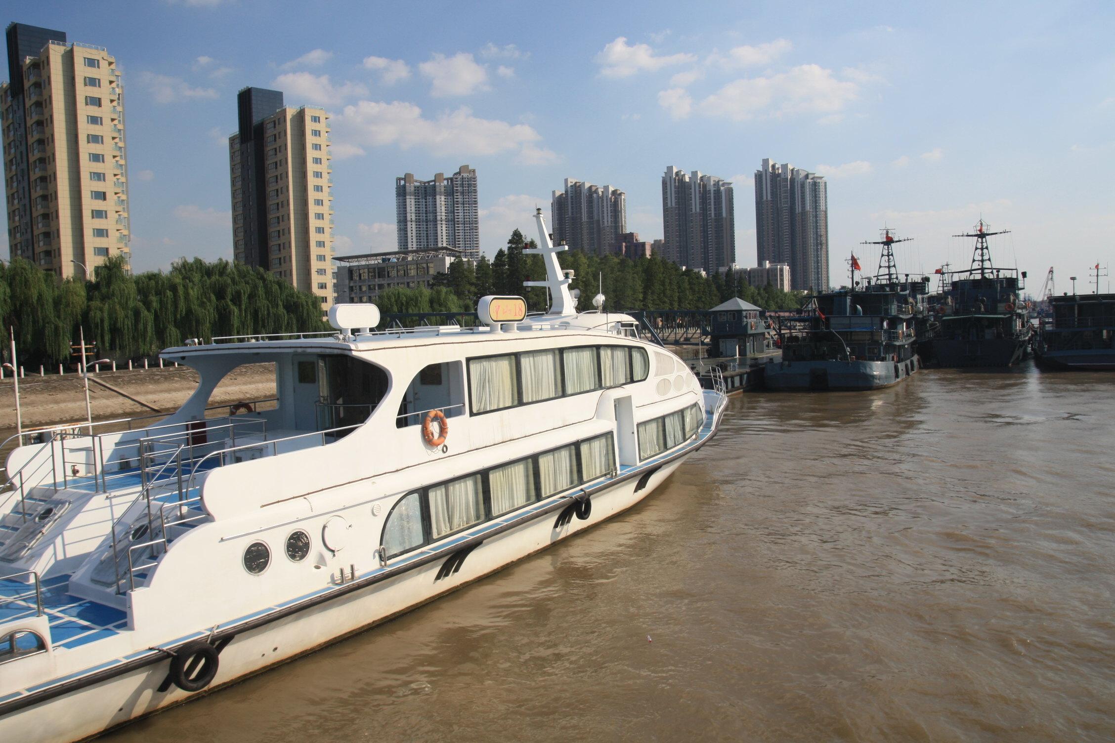 很多当地的土著居民都对中山码头怀有很浓厚的情感,因为在以前交通不便的时候,这个码头承担着南京市过江客货的重要责任,这是一个重要的轮渡码头。后来长江各座大桥陆续建成之后,这座码头也就成为人们怀旧的场所了,坐船到对岸还可以看到民国时期的原汁原味的火车站。