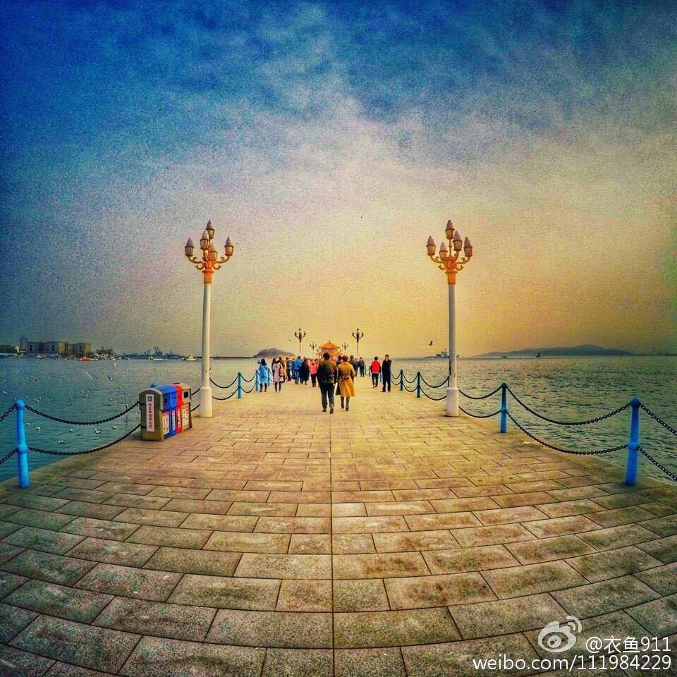 青岛栈桥是青岛海滨风景区的景点之一,是首批国家AAAA级旅游景区。青岛栈桥位于游人如织的青岛中山路南端,桥身从海岸探入如弯月般的青岛湾深处。青岛栈桥始建于清光绪十八年(1892年),是青岛最早的军事专用人工码头建筑,现在是青岛的重要标志性建筑物和著名风景游览点。青岛栈桥全长440米,宽8米,钢混结构。桥南端筑半圆形防波堤,堤内建有民族形式的两层八角楼,名回澜阁,游人伫立阁旁,欣赏层层巨浪涌来,飞阁回澜被誉为青岛十景之一。桥北沿岸,辟为栈桥公园,园内花木扶疏