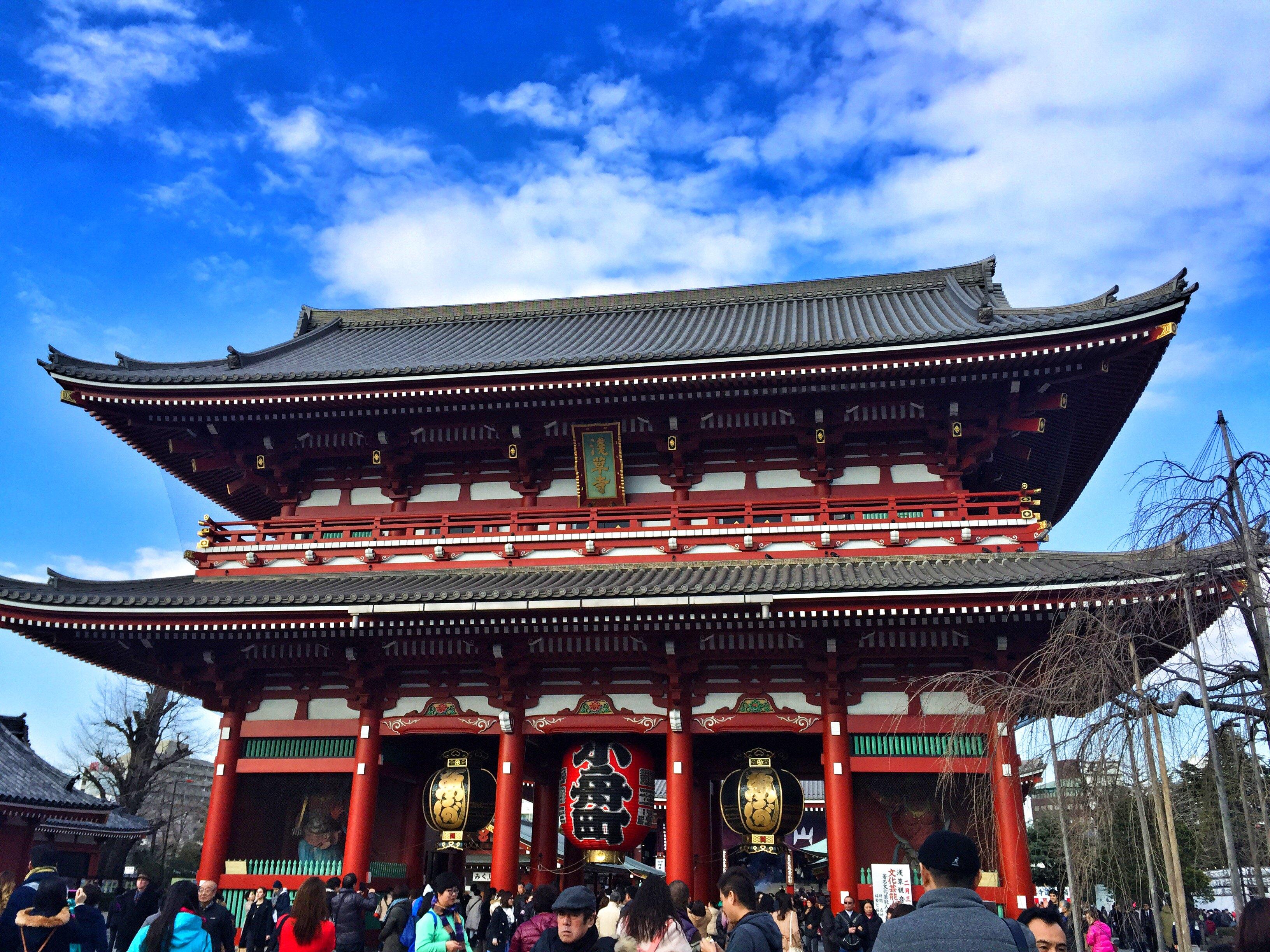 到浅草寺一定要求签100日元求一次据说非常灵验.