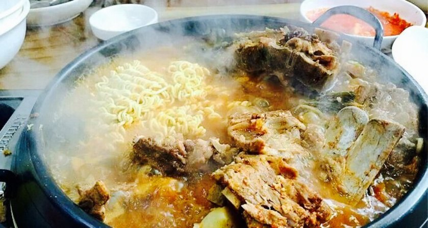 一大碗的白饭,之后服务员帮着把白米饭再放到脊骨锅图片