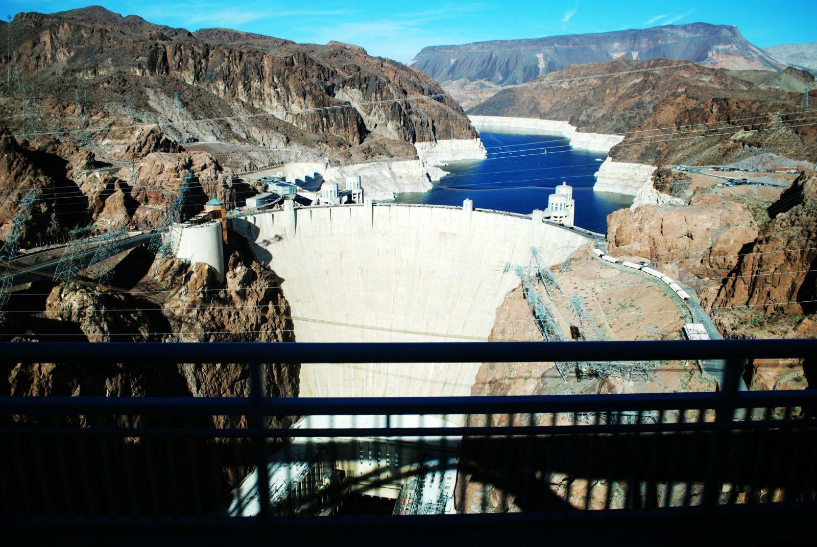 从拉斯维加斯去大峡谷的路上经过胡佛大坝,它具有防洪,灌溉,发电