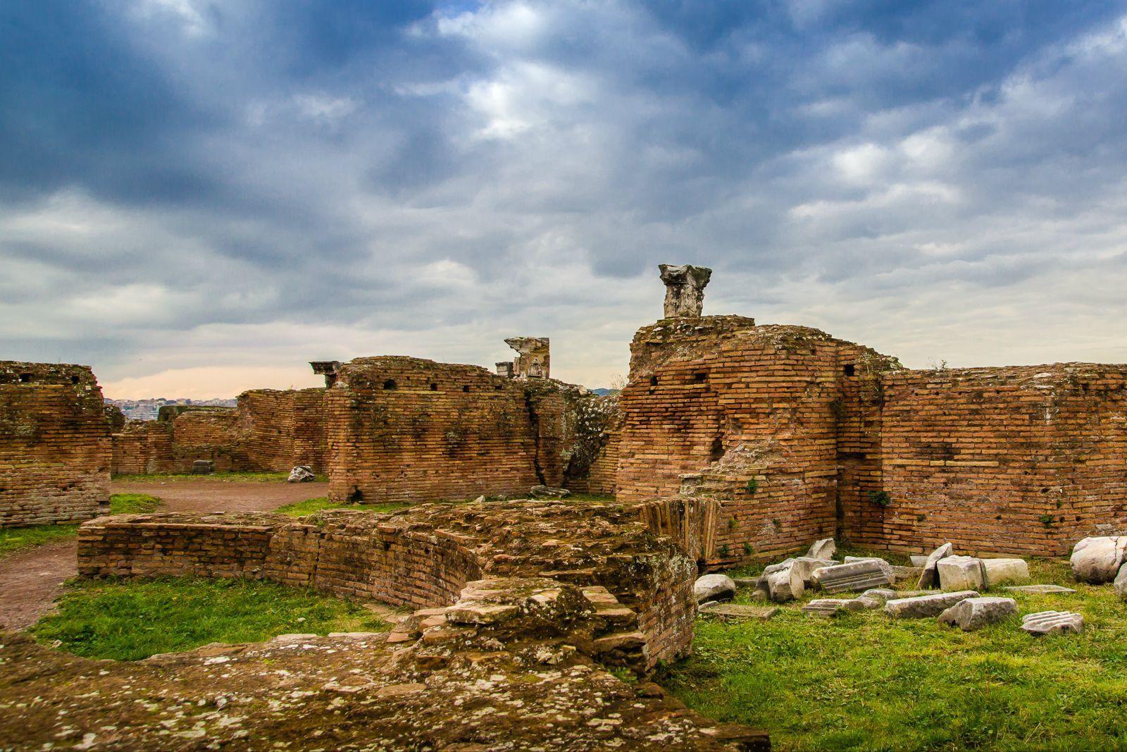 古羅馬遺址(拉丁語:Forum Romanum又稱古羅馬廣場、古羅馬市場、古羅馬廢墟)位于意大利羅馬帕拉蒂尼山與卡比托利歐山(Collis Capitolinus)之間,它是古羅馬時代的城市中心,包括一些羅馬最古老與最重要的建築。凱撒決定要用他的名興建一個廣場。凱撒廣場廣場在公元前46年啟用。當時廣場還沒完工,而是到了奧古斯都的領導下才正式完工。這神殿在公元前2年正式啟用。同時也加入一個配合性的紀念廣場,即奧古斯都廣場。新的建築和凱撒廣場成為直角。戰神殿有很高的牆,至今還是在蘇布拉平民區鶴立雞群。這方形的