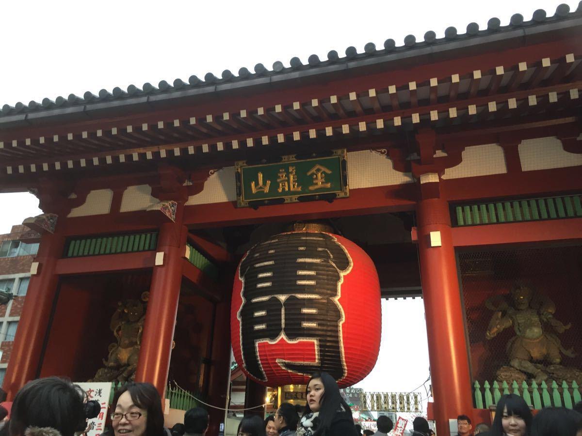 走进浅草寺里面就可以求签问签了没选择抽签的那种而是往大大的池子