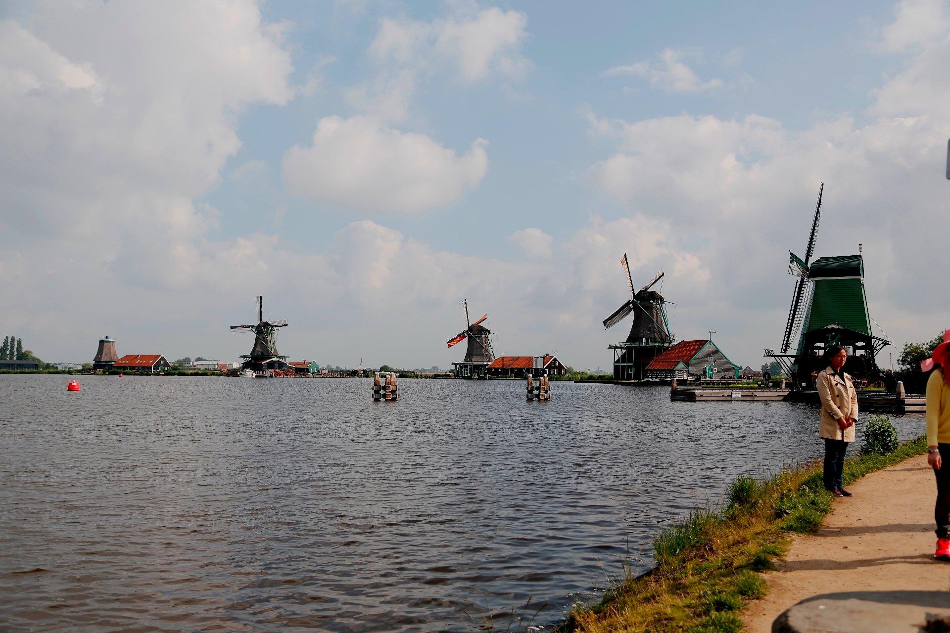 桑斯安斯风车村是有居民居住、开放式的保留区和博物馆,位于阿姆斯特丹北方15公里。古老的建筑生动描绘了17、18世纪的荷兰生活。真实的房子,古老的造船厂,制作木鞋的表演,还有风车,每年吸引着成千上万的游客。桑河(Zaan)区也许是世界上第一个工业区。250年前,在这片狭小的土地上,矗立着800多座风车。它们承担着各种工业任务。目前仍然有5座风车还在以着传统方式运作。在桑河上泛舟游览,能够从另一个角度欣赏这些美丽的风车。风车村内的博物馆包括木鞋制造厂、白蜡制造厂、面包房、奶酪和乳制品作坊以及100多年的杂货店