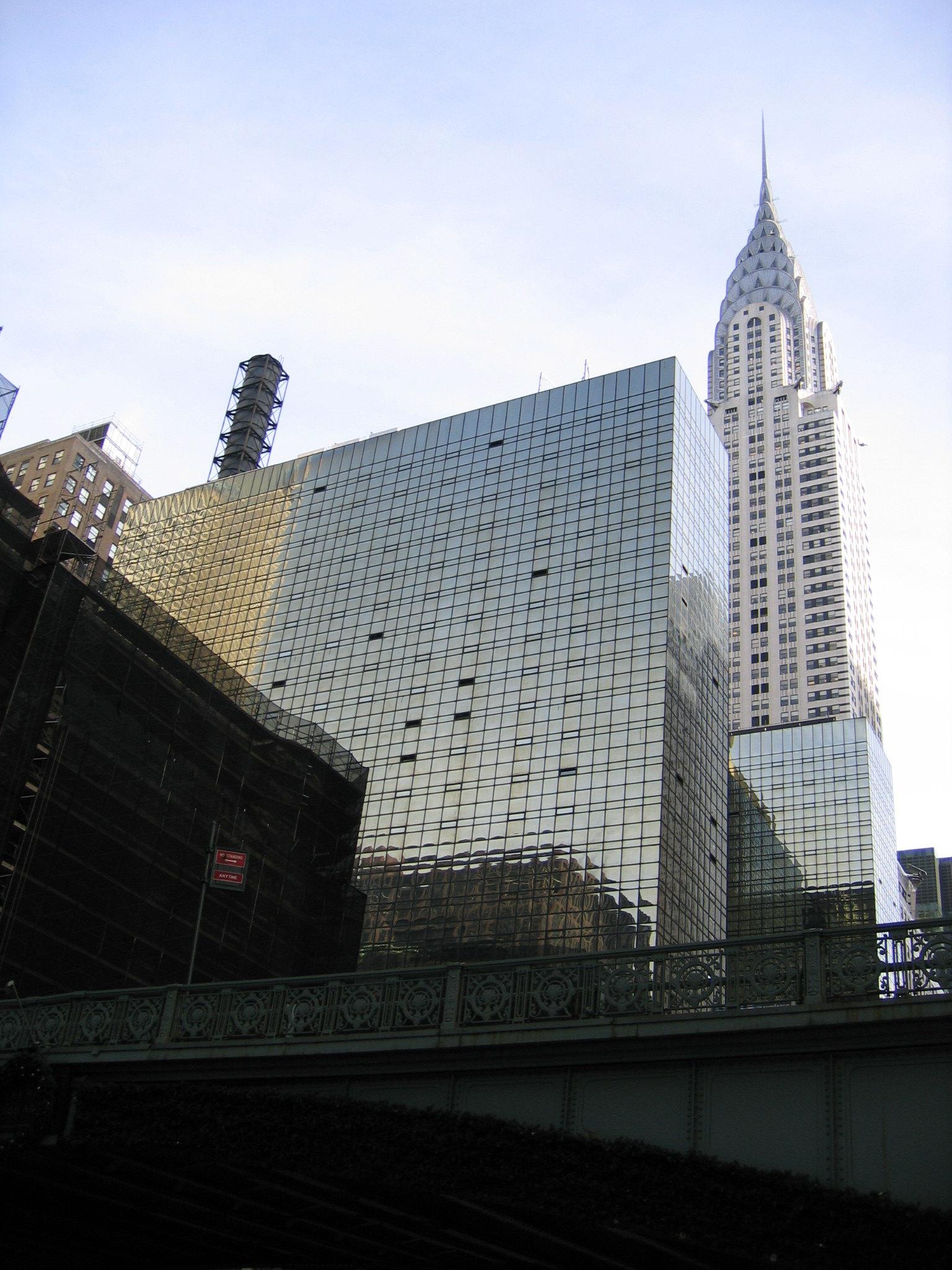 克萊斯勒大樓---- 位於曼哈顿中城 42街與列星頓大道交口 在紐約市樓高爭奪戰中 克萊斯勒 以風格獨具取勝 全球首座以不鏽鋼建材 運用在外觀的建築 大樓頂端 酷似太陽光束的設計 是1930年一款克萊斯勒汽車的冷卻器蓋子 以汽車輪胎為構想 五排不銹鋼的拱形 往上逐漸縮小 每排拱形鑲嵌三角窗 呈鋸齒狀排列 高聳的尖塔 成為這棟不朽建築的焦點 和風麗日時 尖頂反射陽光 發出耀眼的光芒 也讓這座藝術風格獨具的摩天大樓 成為當代建筑师 票選為纽约市最好的建築 的第九名 逛過布萊恩公園 中央車站 順著42街東行 捕