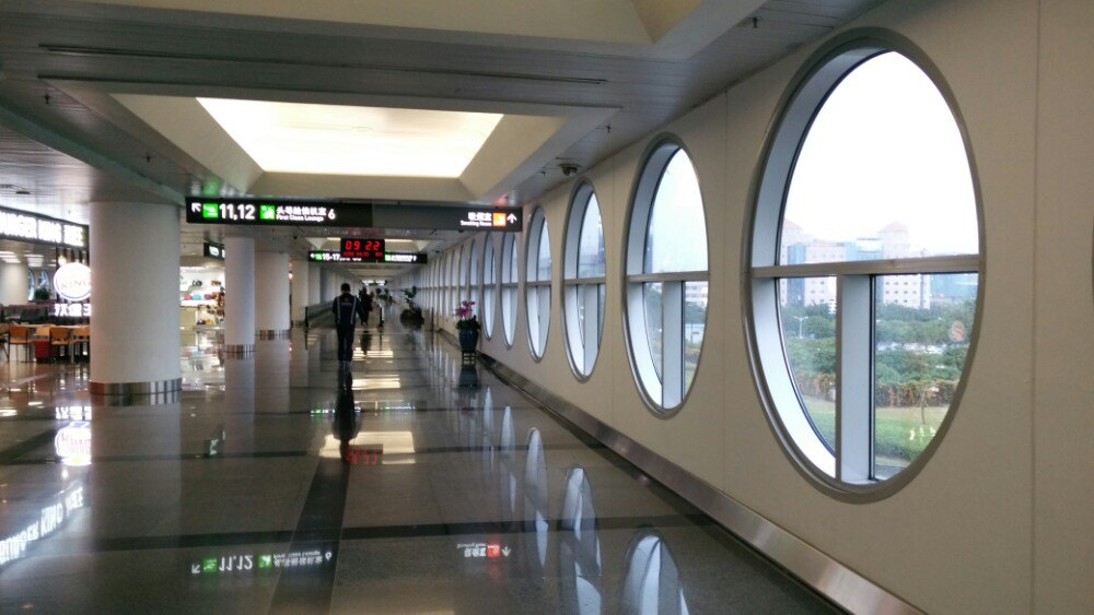 厦门高崎国际机场目前从2014年11月开始, 就开始启动T4航站楼, 但是原来大家熟悉的T3还是继续给厦航, 南航, 河北航空跟国际航线使用, 其他都转移到T4航站楼, 所以搭飞机的朋友们, 不要走错航站楼。 交通:目前去厦门机场T3或T4最方便的方法就是打车, 而且厦门岛内而很小, 所以从厦门最南点(夏大)到机场的话, 基本上就差不多在70-80, 如果从SM广场的话, 打车
