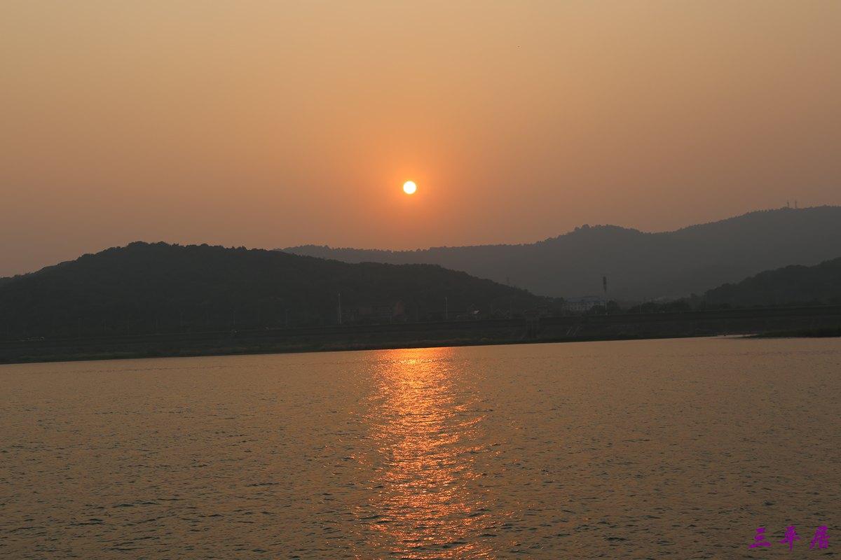 橘子洲头位于橘子洲的南端,橘子洲位于长沙市湘江江心,是湘江下游