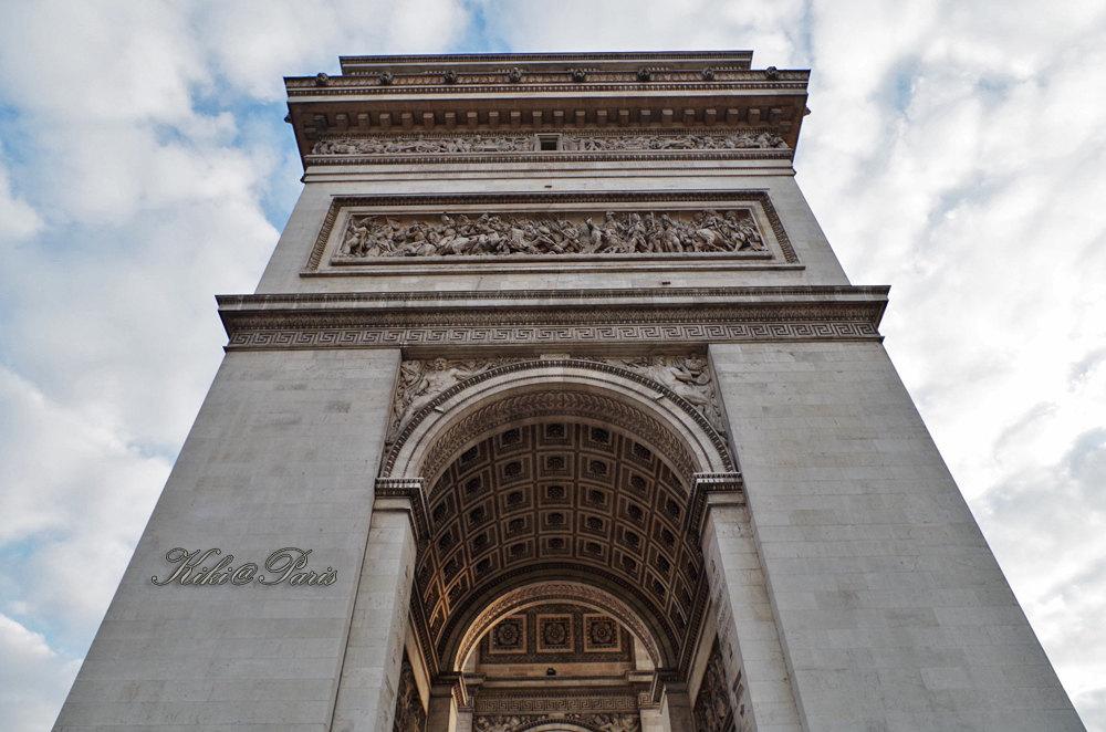 凯旋门前后门柱上有四个花饰浮雕.