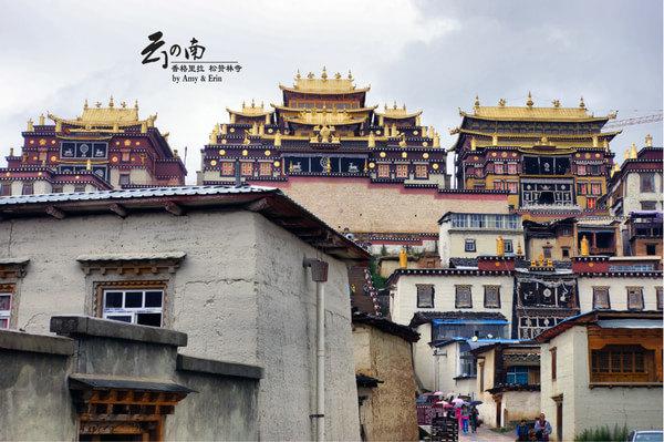 作為漢族人也許很難理解這座寺廟的重要性,也很難知道寺內的講解者為什麼每次提到宗喀巴大師,都總是伴著崇敬的語氣。 寺門口,也許是因為下雨,人不多。松贊林寺有小布達拉宮之稱,看看上面這三座分別供奉佛、法、僧的大殿,真有點布達拉的意思,也算是給還沒去過西藏 的我們先過一回癮吧。 進門的天花板,花紋和用色都很濃重,典型的藏族風格,看起來就像是一塊巨大的唐卡。藏族密宗的各路神佛,似乎比中原的禪宗、淨土宗都複雜得多。小伙伴的戀窗情結。木門上的漆刻。門口小憩,雨已近停,不收傘,繼續向前。但遠遠看著這長長的台階