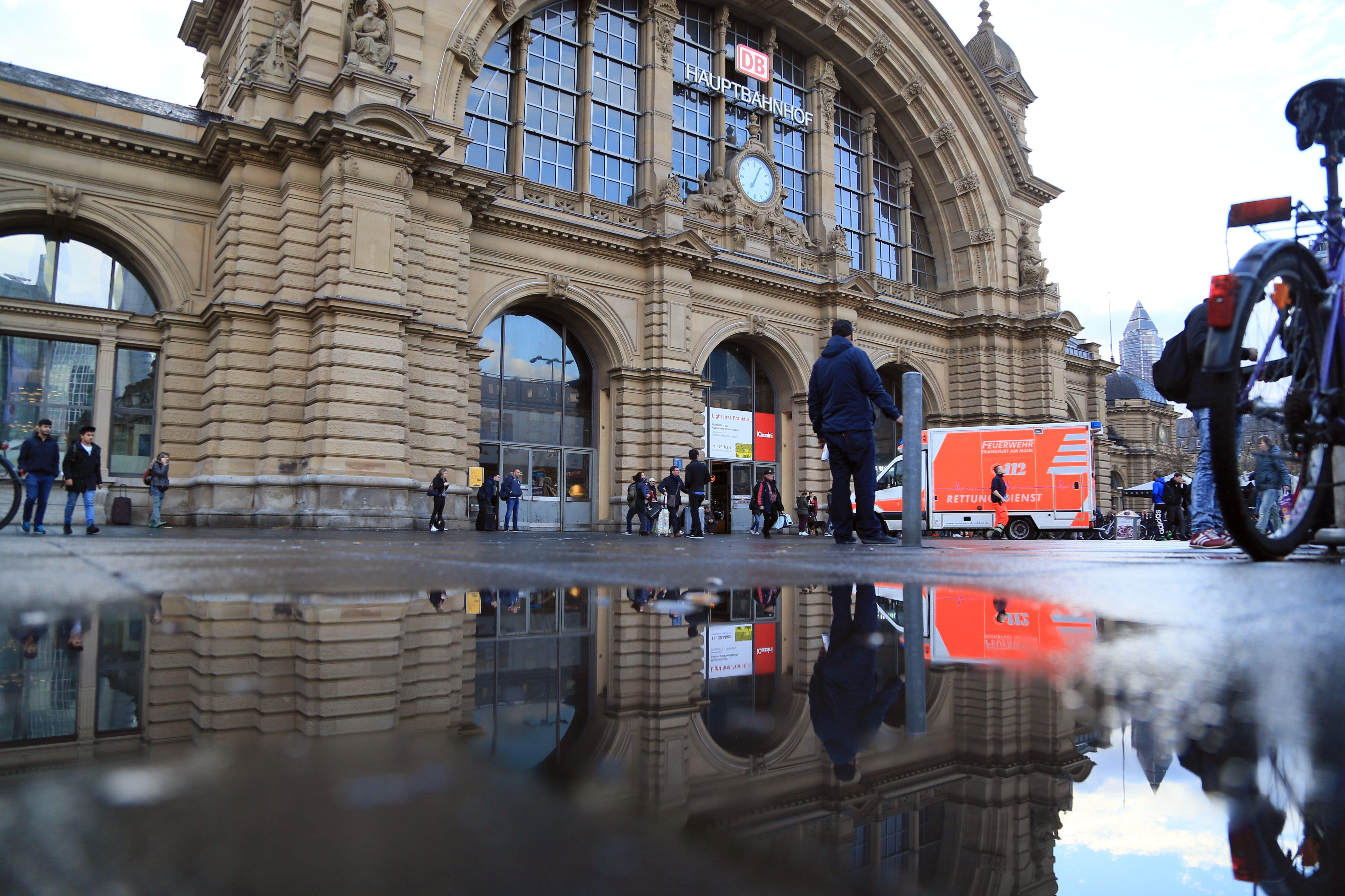 这无疑是我见过的最美丽的火车站。德国法兰克福中央火车站。几乎整个欧洲的火车站大多都是这个样子,唯独对法兰克福中央火车站,我是用足了心思将它作为风景一样去欣赏。这个欧洲最大最繁忙(之一)的火车站在建筑上是精雕细琢,毫不忽悠。典型的欧洲文艺复兴的哥特式建筑,使得它在整个欧式街道中一眼识出, 月台很宽,有座椅还有买报亭,甚至是有汉堡咖啡店。