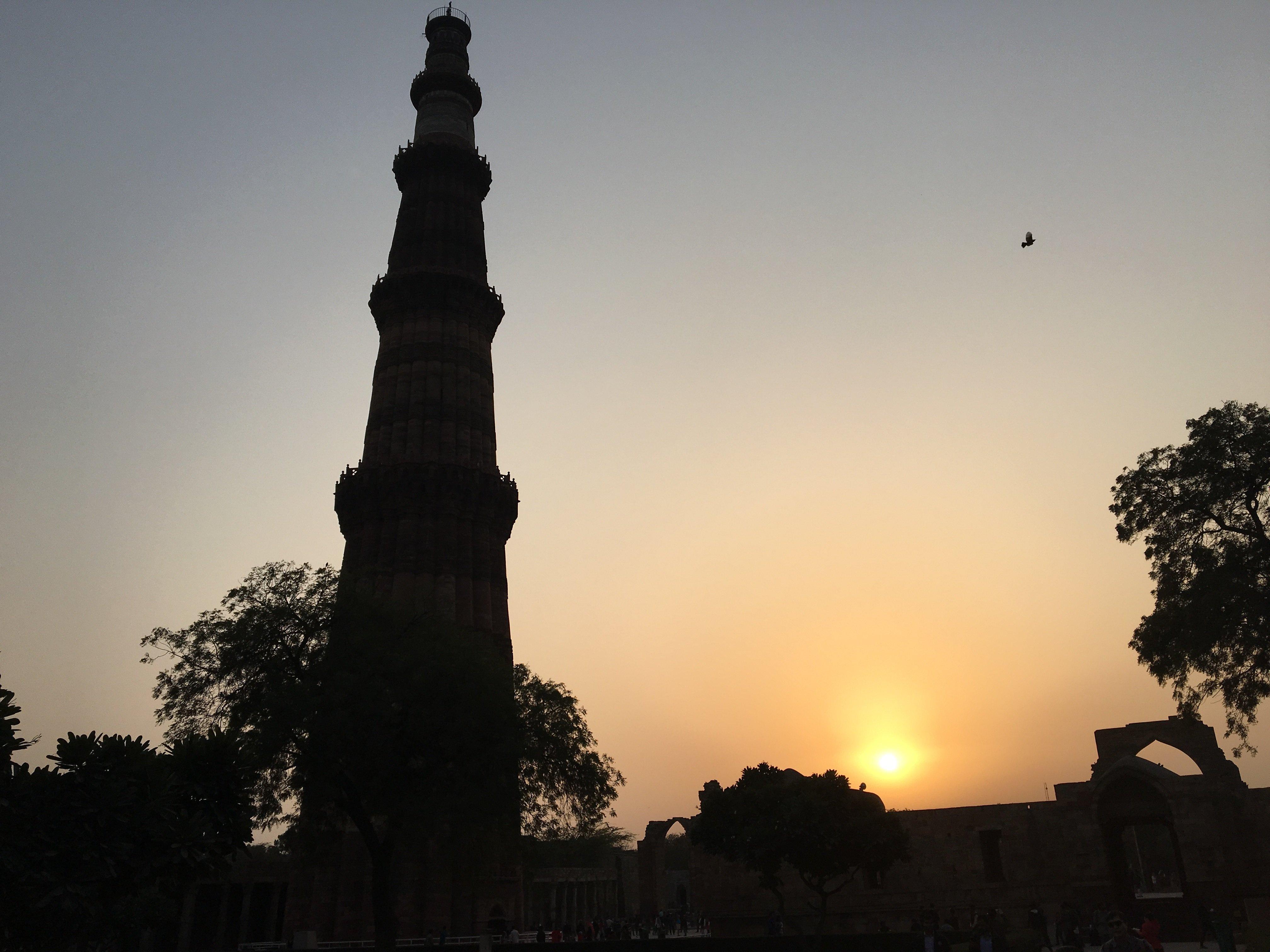 古特伯高塔(QUTAB MINAR)是德里的著名景点。它位于新德里南郊外约15公里处。是印度最高的古塔,被称为印度斯坦七大奇迹之一。参观路线:入口-清真寺旁-东侧梅杰·史密斯圆顶-The Iman Zamin(清真寺的创建者)陵墓-清真寺内的Alai-Darwaza门户进入清真寺,再到达古伯特高塔的底部-庭院铁柱- Tomb of Iltutmish(德里的奠基人,奴隶制王朝的第三代统治者)-阿莱塔基座。