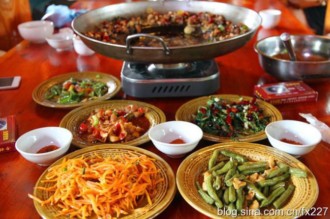 苗家人的南山有很多特别的美味,本辑介绍特色美食秘制斗鸡肉,很好吃的赤峰市里去铁锅滑雪场图片