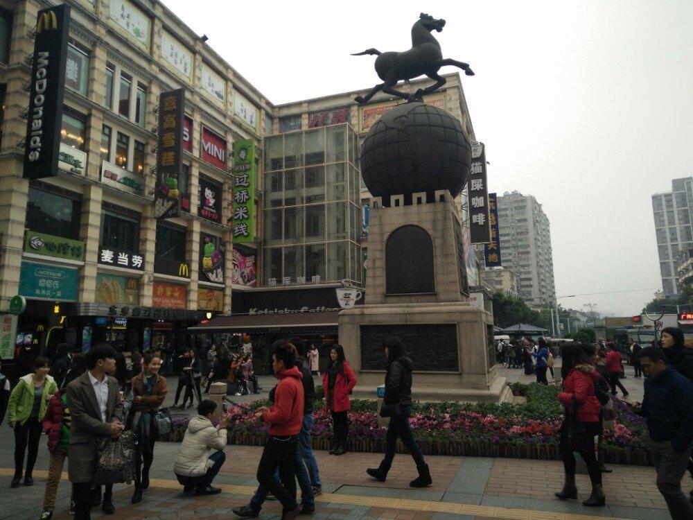 超大型电视宣传屏,高耸的形象雕塑,各种大小商铺的围绕,使广场成为
