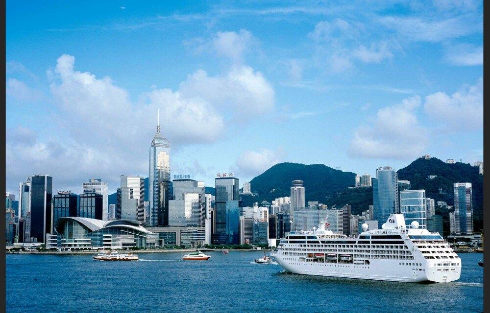 尖沙咀一直是香港发展的心脏,也是香港高度繁荣的地方,是游客前往香港必去的目的地。当然,这里以时尚休闲、血拼购物为主,也非常适合年轻一族。这里有很多免税店,价格也比较美丽,从手机、电脑、相机、名牌包包、服饰、手表、项链、金银首饰、药妆等应有尽有,价格比内地便宜了很多,当然有的东西是限购的,在海关被查出来要罚款或没收的。尖沙咀区域蛮大的,都是各大商场,与维多利亚港、中环隔海相望,可以放在一起游览。弥敦道的美食餐厅,国际精品店是不能错过的,港式茶餐厅一定要去品尝一番。这里的大街小巷也不能错过,里面暗藏着不少特色