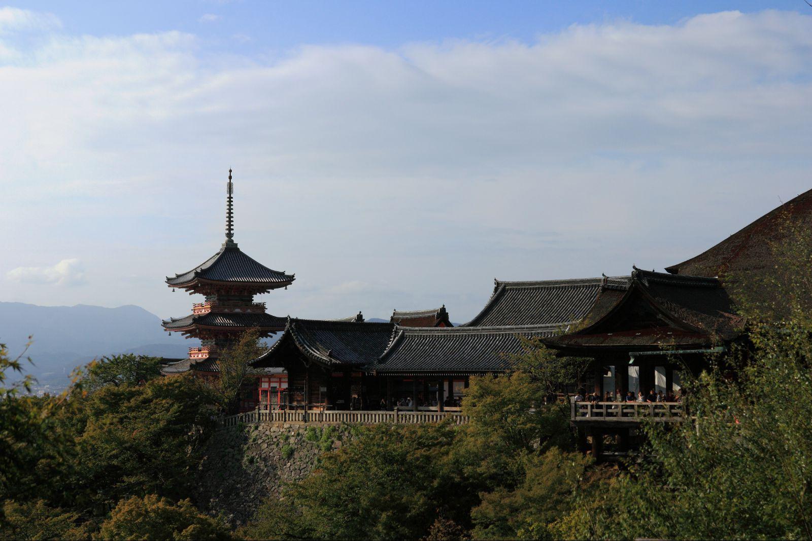 清水寺的得名源自于寺内音羽瀑布清冽的泉水,寺内的清水舞台是一座由1