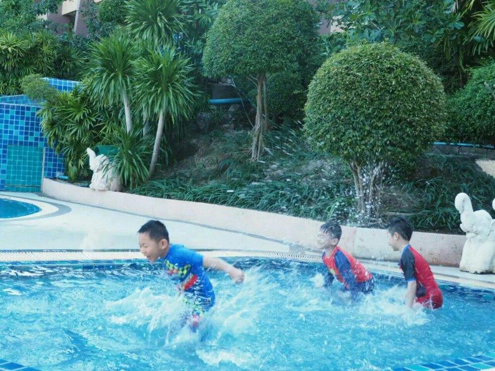 适合小孩子学游泳,早晨人少时就像私人海滩
