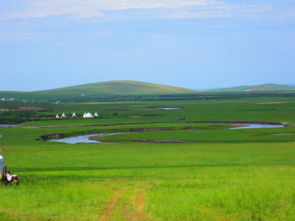2个月份的美景-要看大草原,首先想到的是内蒙古,呼伦贝尔大草原,一望无际牛羊成