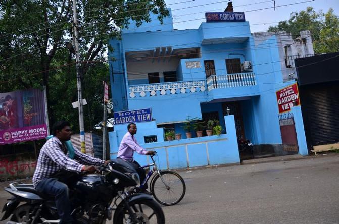 【26.路边的蓝色房子,算是看到的养眼一景】