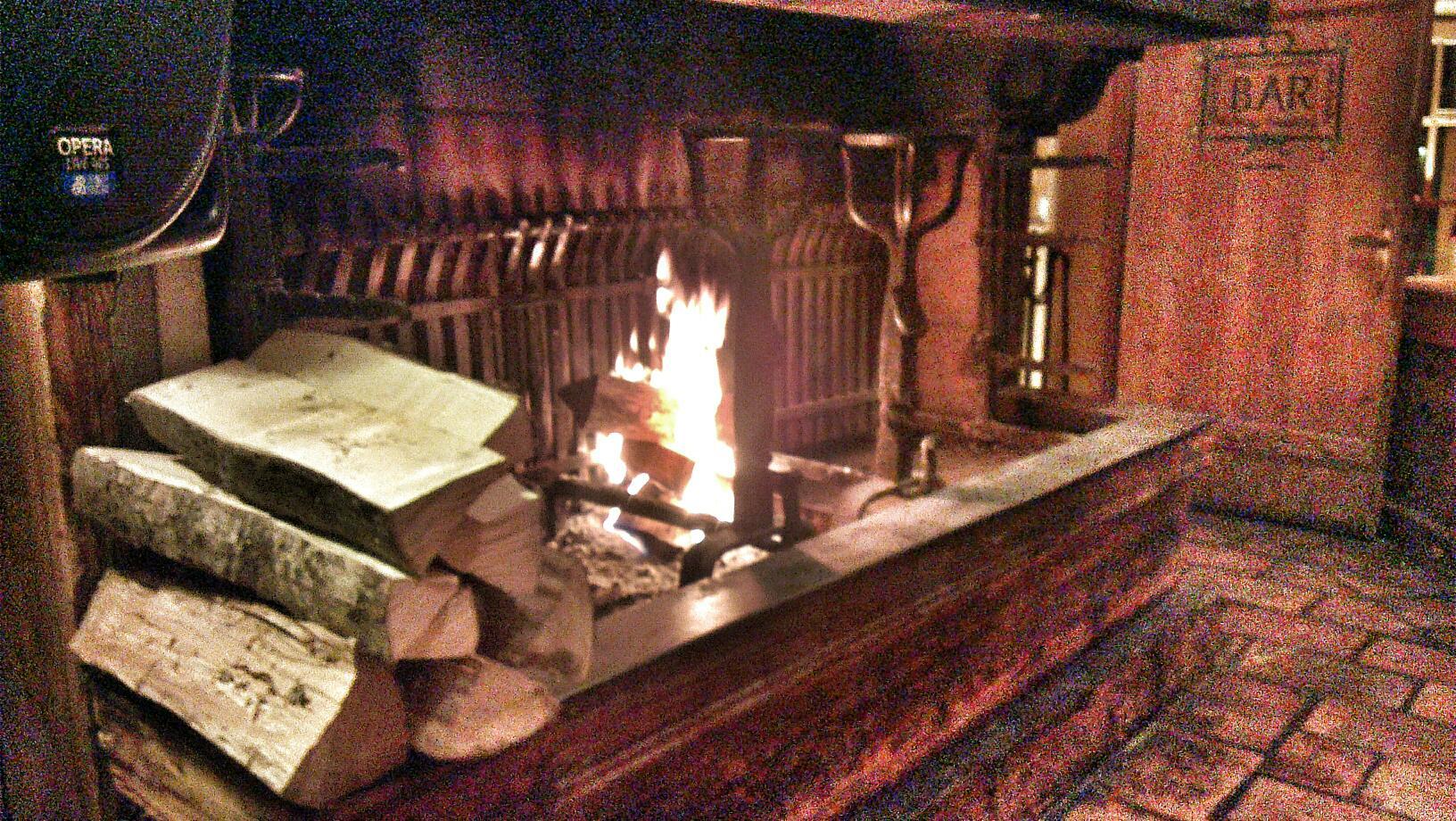 晚上烧壁炉取暖