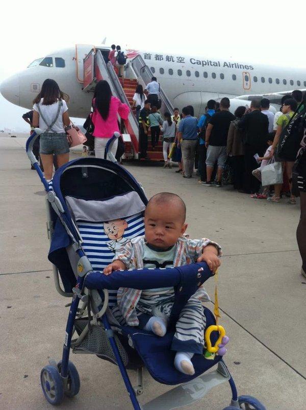 飞机上:  在上飞机后,空姐也会给宝宝一个小的安全带,是和妈妈的安全