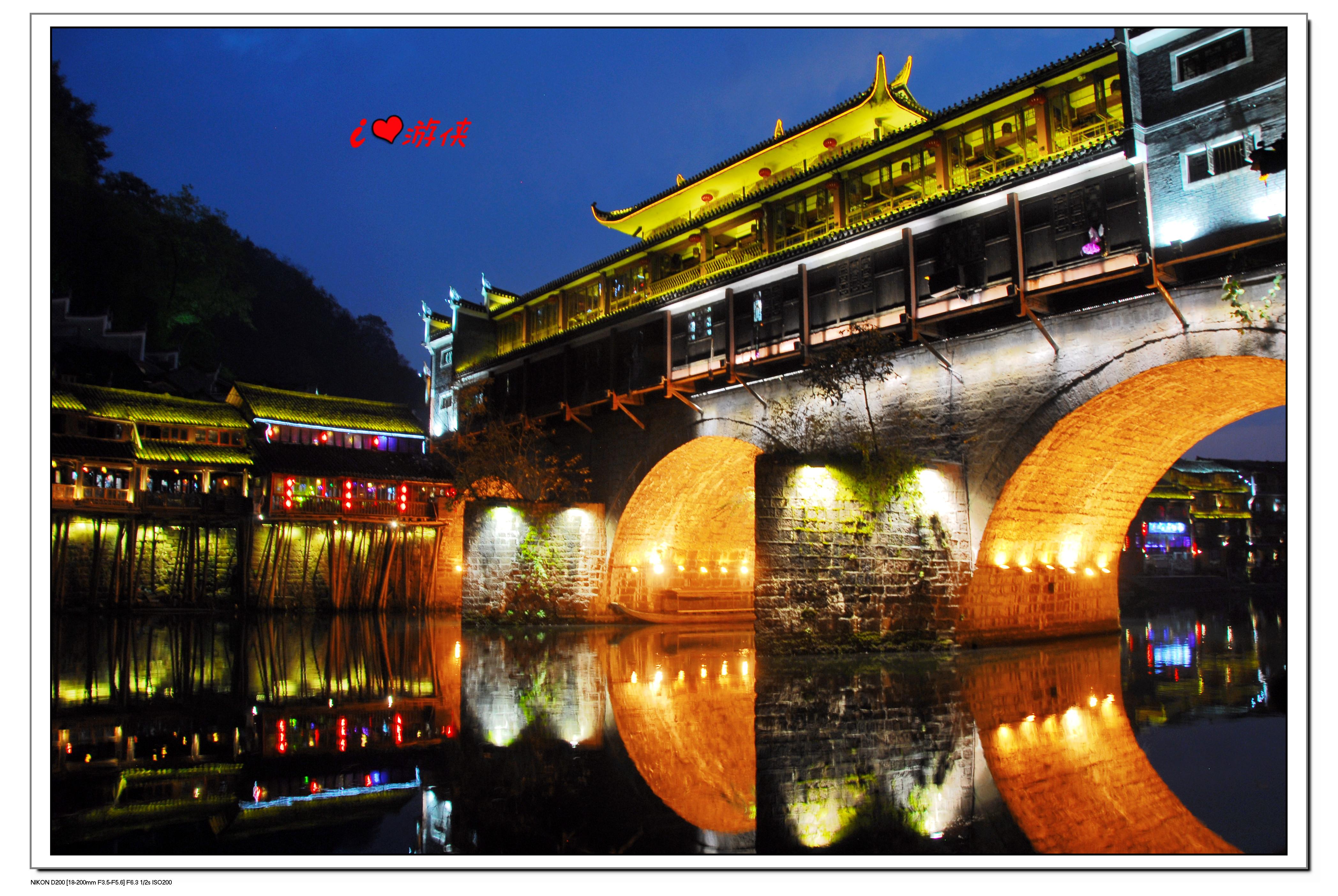 可爱-玲玲 2014-05-05  夜幕渐渐降临,红红的灯笼高高挂起,凤凰古城