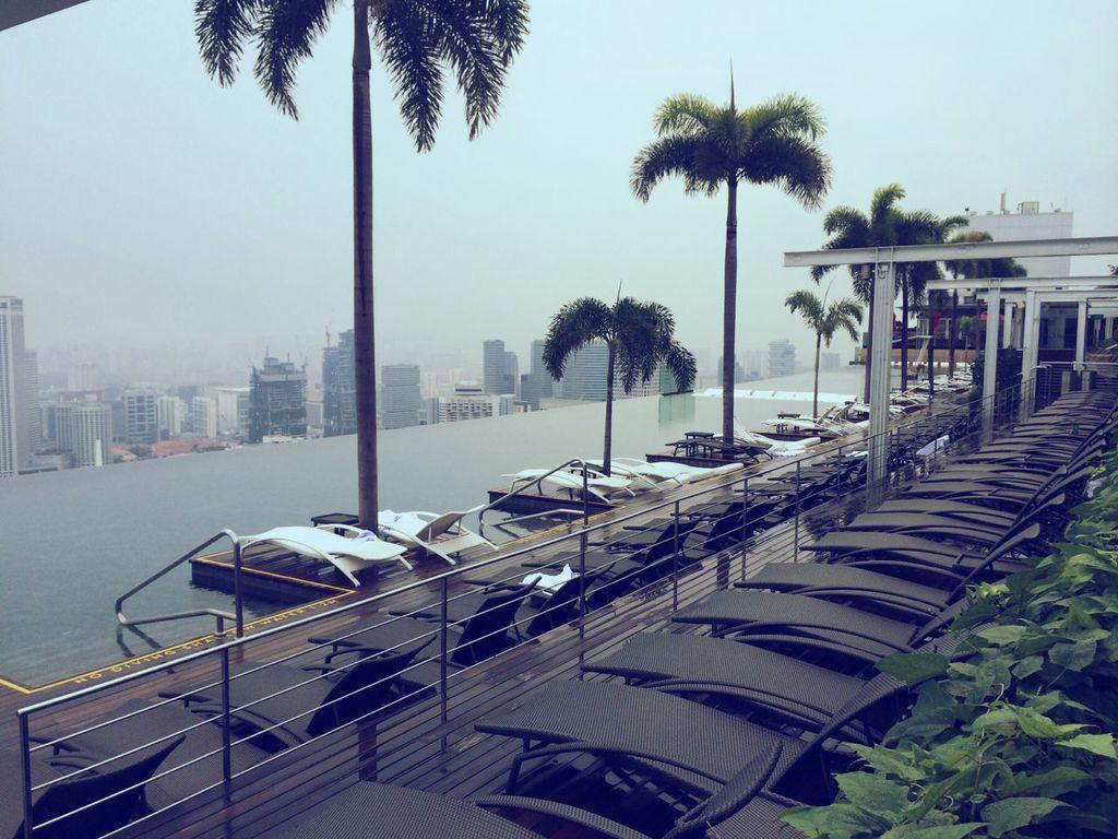 对于追逐奢华、爱恋时尚的购物狂们来说,汇集了 300 多家名店旺铺和餐饮设施的滨海湾金沙购物中心(The Shoppes at Marina Bay Sands),就是您尽情的最大游乐场!这里汇聚了高档精品与国际前卫设计师大牌,如 Ralph Lauren、Cartier、Prada等国际大牌,成为时尚爱好者们的购物天堂。于 2011 年 9 月盛大开幕的 Louis Vuitton Island Maison,就进驻于一座飘浮在滨海湾水面之上的水晶阁中,这是出自获奖建筑大师 Peter Marino