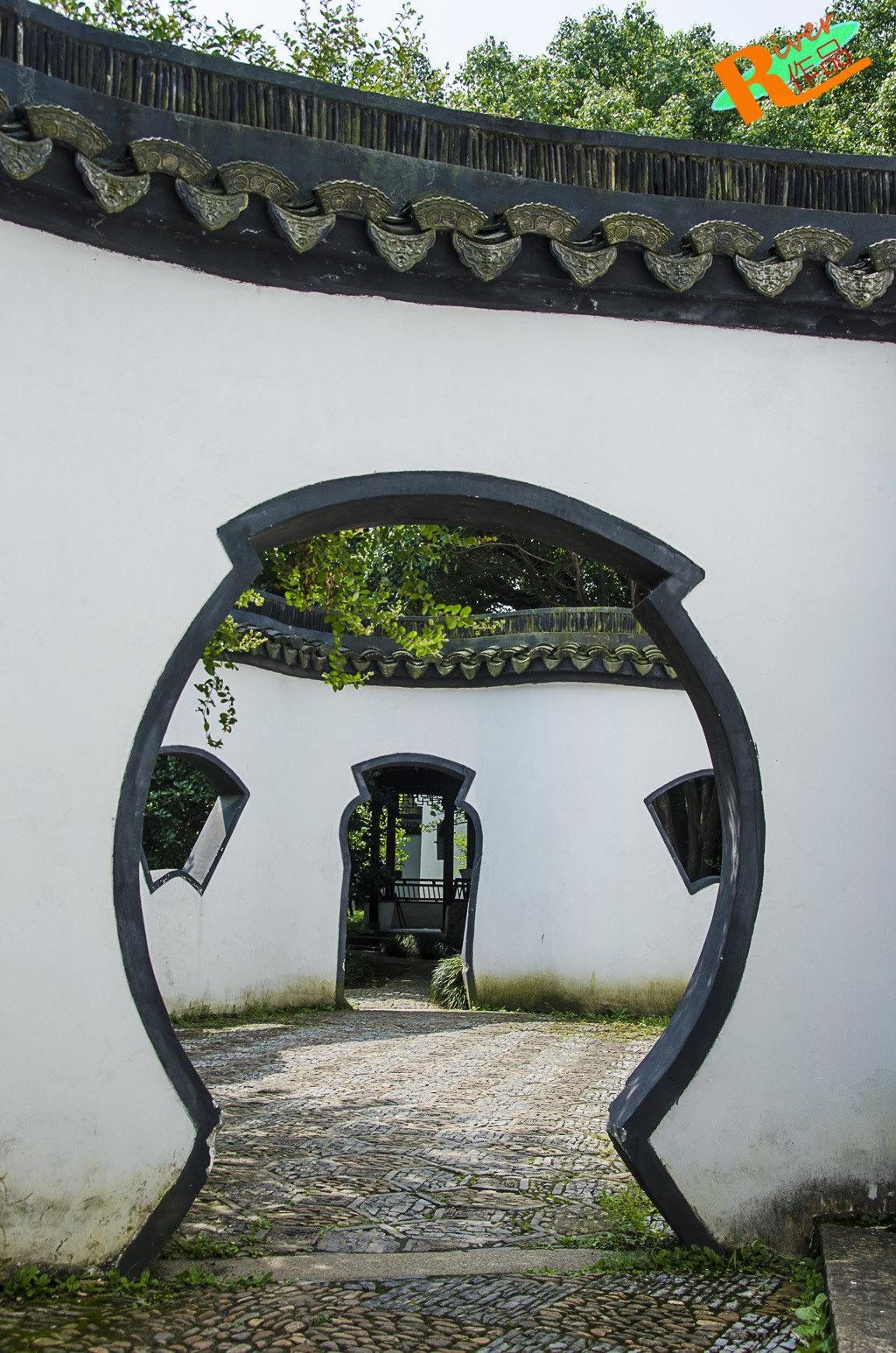 江南园林普遍面积不大,设计小巧精致,园内一段段墙把园林隔开成不同的