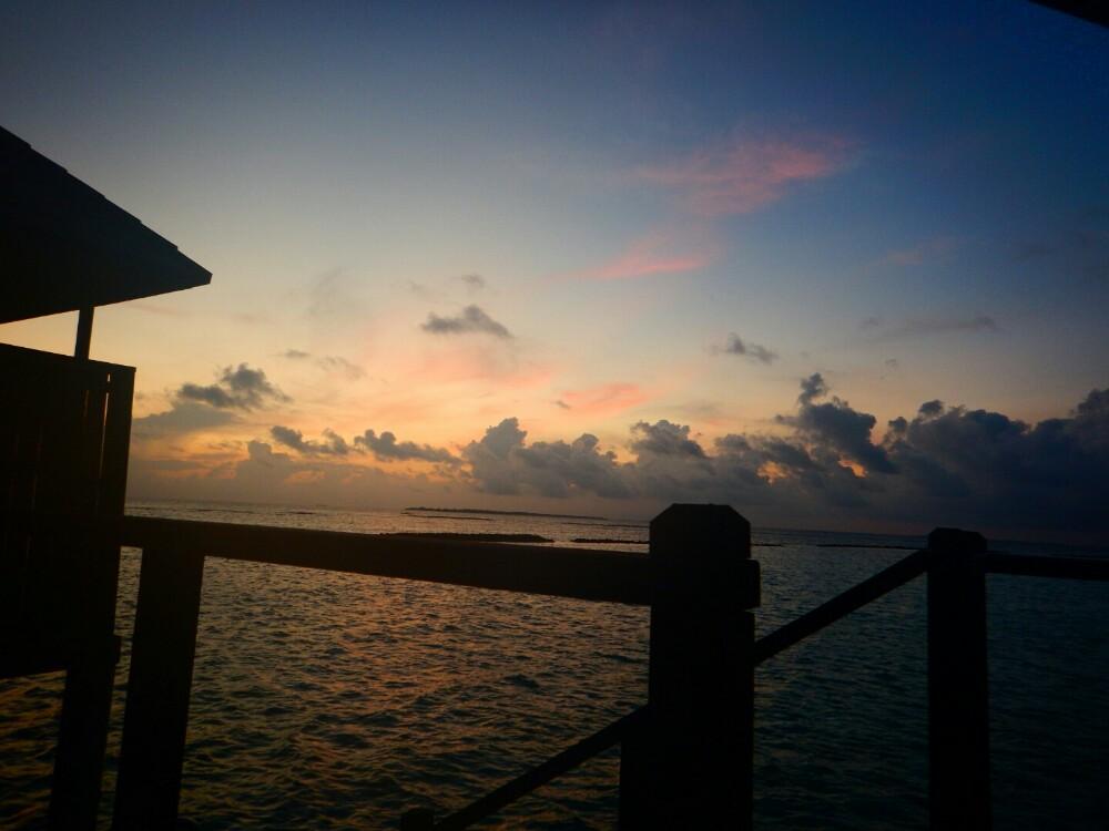 当地时间下午二点多,我们下了水飞,来到了伊露酒店。到了酒店,水飞没办法靠岸,因为水飞靠岸的地方停了另一架水飞。我们就在海面上来回的徘徊。后来估计水飞机长也等不了了,就靠在了沙滩边,我把我儿子鞋子脱了,我们就光脚上岸了。因为做了很长很长时间的飞机,加上45分钟的水飞,我们一家三口都很疲惫。