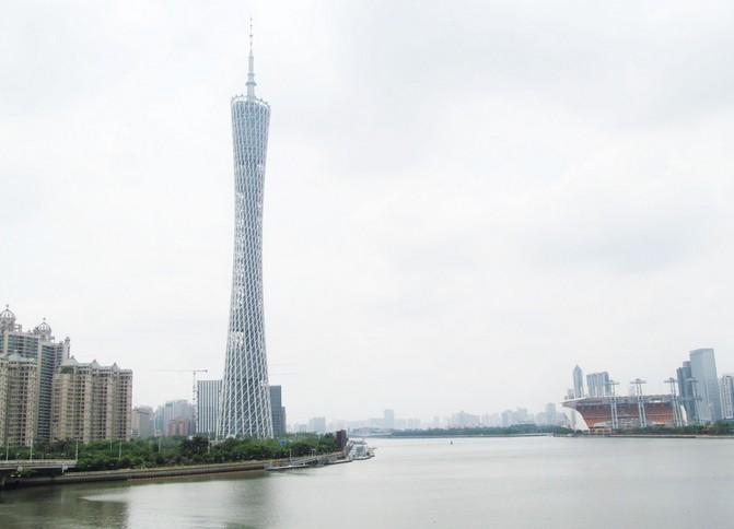 广州塔是广州地标,包括发射天线在内,塔高达600米,为国内第一高塔。所以可以自上而下俯瞰广州美景。其头尾相当,腰身玲珑细长,又有小蛮腰的俗称。这里晚上会亮灯,即使不游塔,也可来此拍摄外观,用以留念。 广州塔从下到上,分为A-E一共5个功能区,塔基部分也就是A区为介绍广州历史、文化、经济和旅游景点等展示功能,并设置旅游服务配套设施。