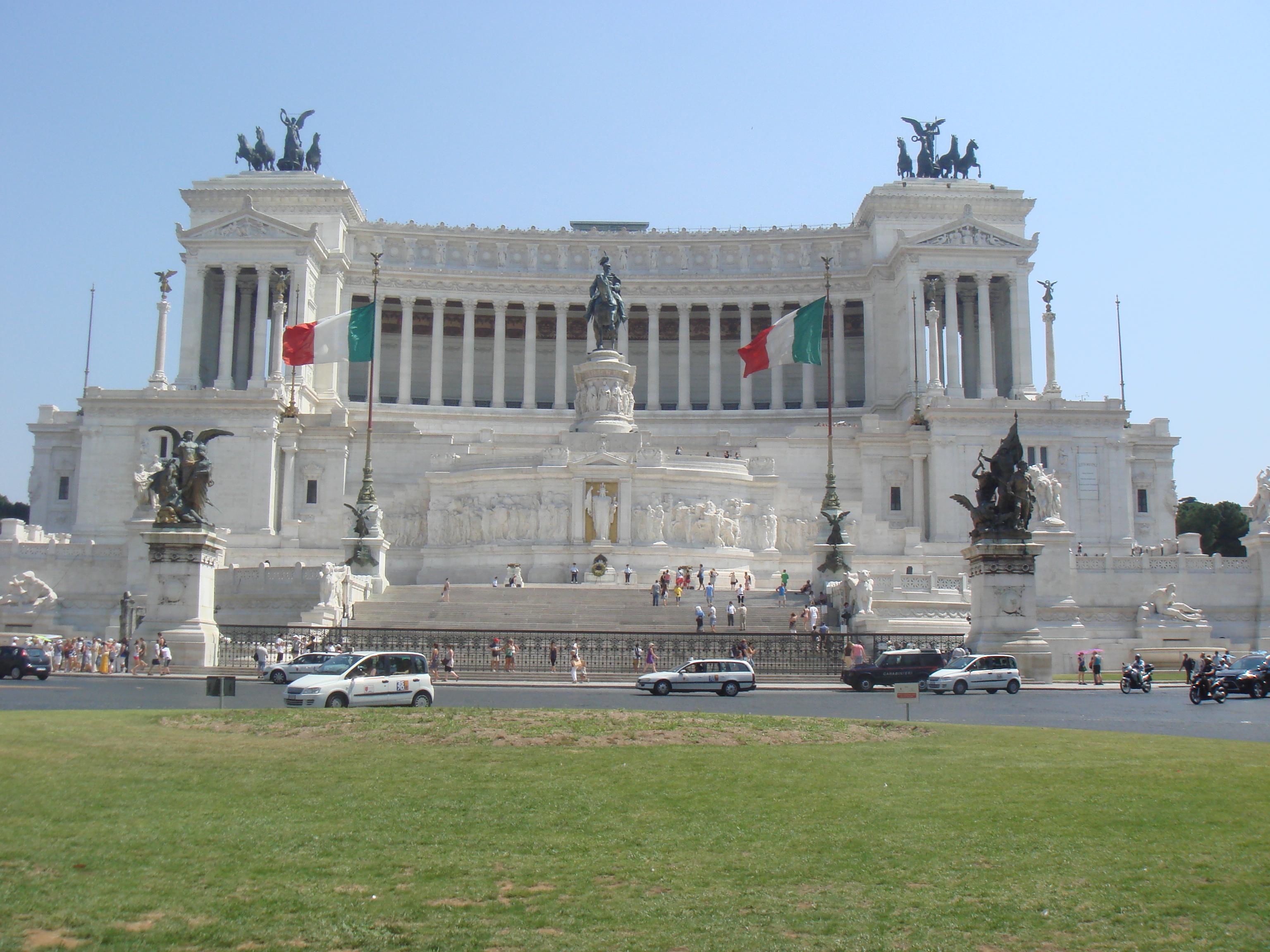 这座白色大理石建造的新古典主义建筑如今已经是罗马