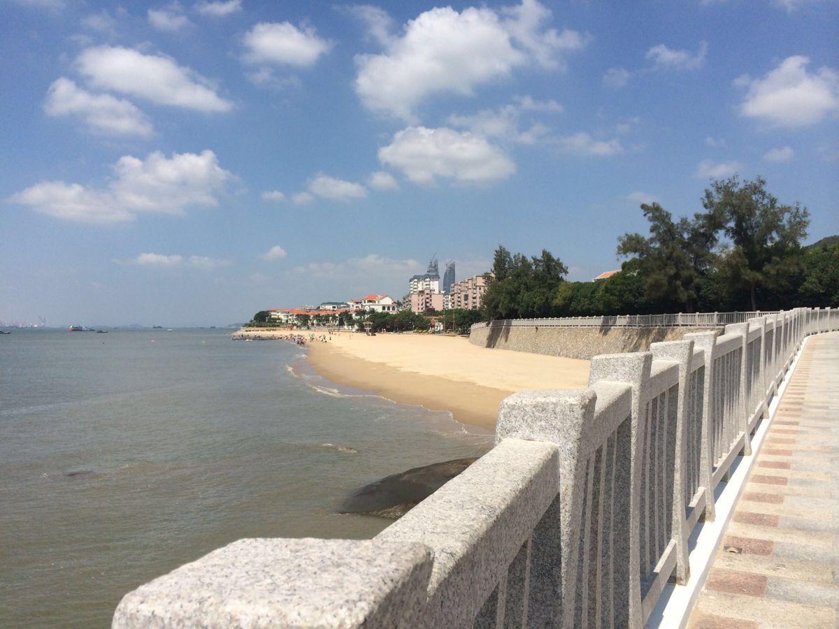 白城沙滩、南普陀寺、厦门大学距离都不远的,可以一天逛好几个地方,不过要注意下厦门大学的开放时间哦。白城沙滩很旅游观光的人,海岸线很长,可以沿海骑自行车,沙滩附近是有自行车租的。白城沙滩的水质不是很好,毕竟很多人游玩,可以不穿鞋子感受下海水和沙子,不建议游泳哦。