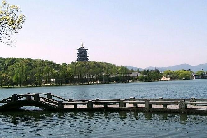 西湖无疑是杭州之美的代表,著名的西湖十景环绕湖边,自然与人文相互映衬,组成了杭州旅行的核心地带。你不必执着于走遍每个景点,倒可以花上半天或一天在湖边徜徉一番,无论怎么玩,都让人心情舒畅。 西湖概览 游玩西湖可以步行、坐游船、乘电瓶车,也可以自驾或者骑行。其中,电瓶车是最方便省力的,环西湖有招手即停的游览车,线路正好绕西湖一圈(10元/区间,40元/全程);沿湖骑行浪漫又悠闲,西湖沿岸有不少租借公共自行车的点,现场办张卡便可租车;若想坐船游览,湖边有近10个码头,有各种不同的船和线路,比较推荐乘船去湖中心