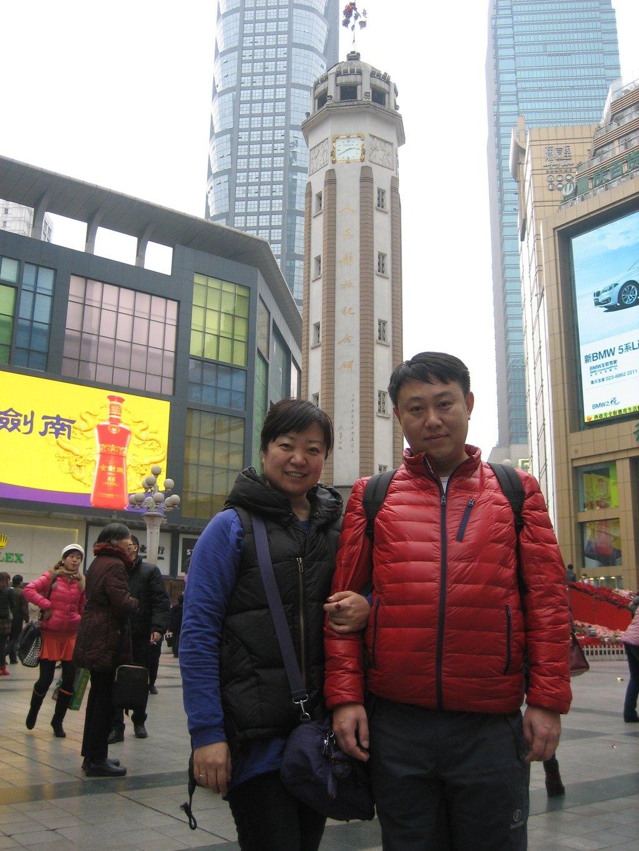 2月14日 这一天是中国传统佳节元宵节,又是西方的情人节。接下来的两天时间,我们四人加重庆等待的两人共六人,将在重庆度过美好的时光。 早起吃早饭后至地铁2号线天府广场站,坐地铁至成都东火车站,乘坐高铁到重庆北火车站下车。在火车站坐地铁3号线到观音桥下车,入住月友宾馆宏福俊悦店。 上一篇游记提到,之所以住在蓉城瑞柏饭店,一是离草堂,武侯祠,锦里,宽窄巷子近。(这需要哥们无数次观察百度地图,寻找合适的酒店位置,合适的价格,非常费脑子,左半边头发多处十多根白头发,咳,谁让哥们热心呢,我多费点力,朋友们住的就舒服