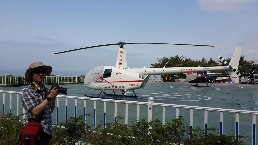 椰梦长廊边的观光直升飞机